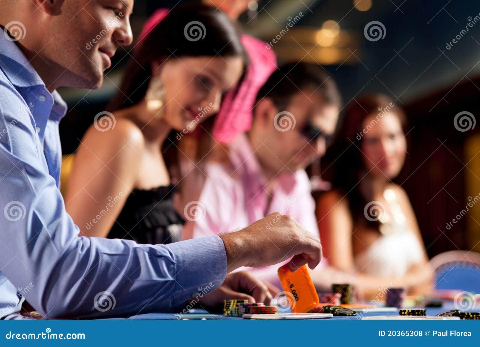 Jogadores do póquer na tabela