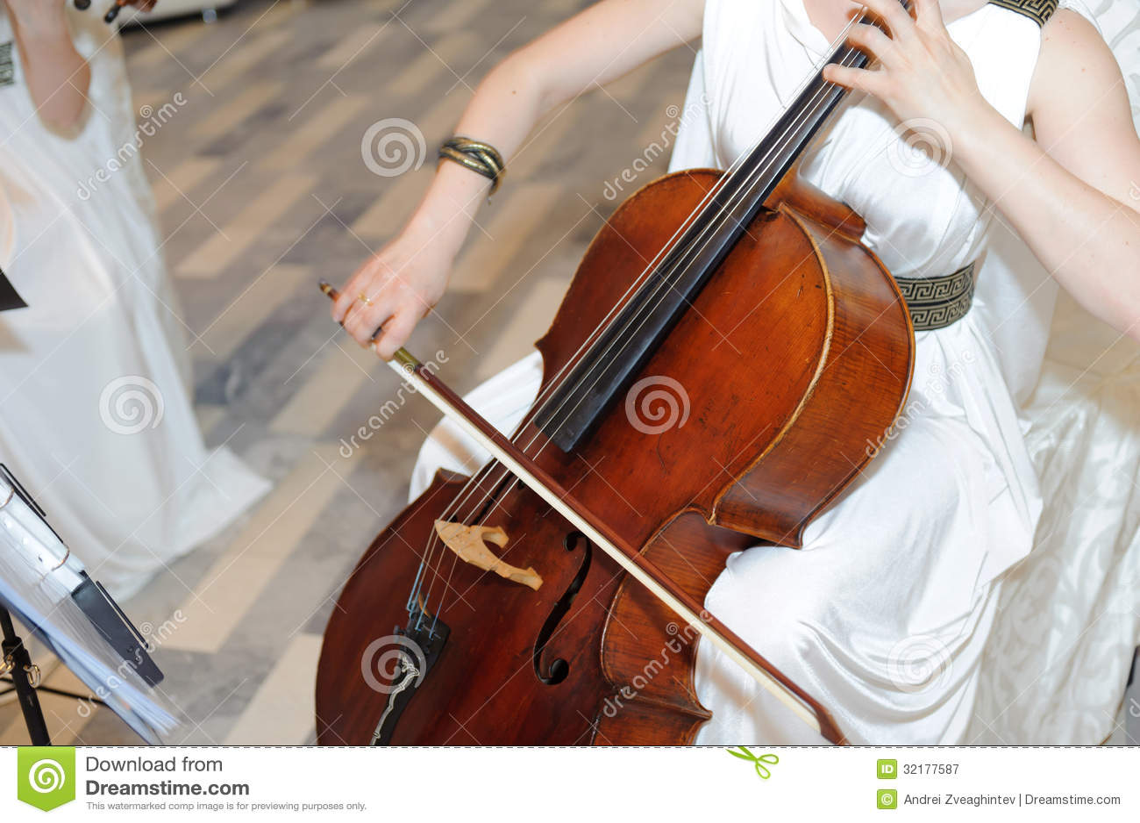 Jogando o violoncelo