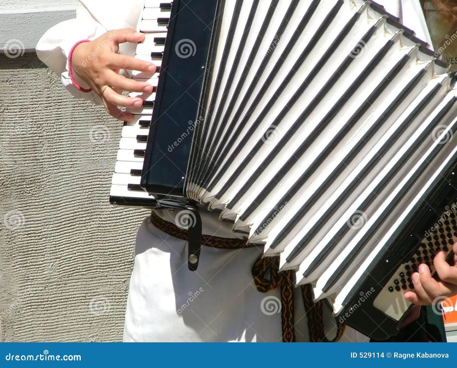 Jogando um acordeão