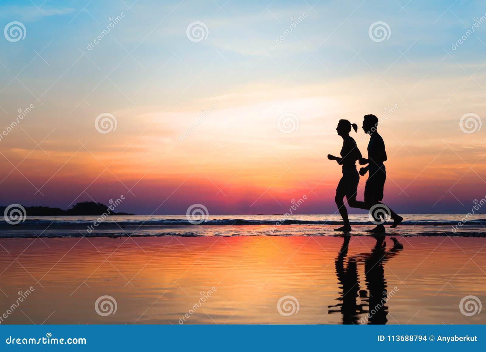 Jogga och sund livsstil, två löparekonturer på solnedgången, genomkörare och sport