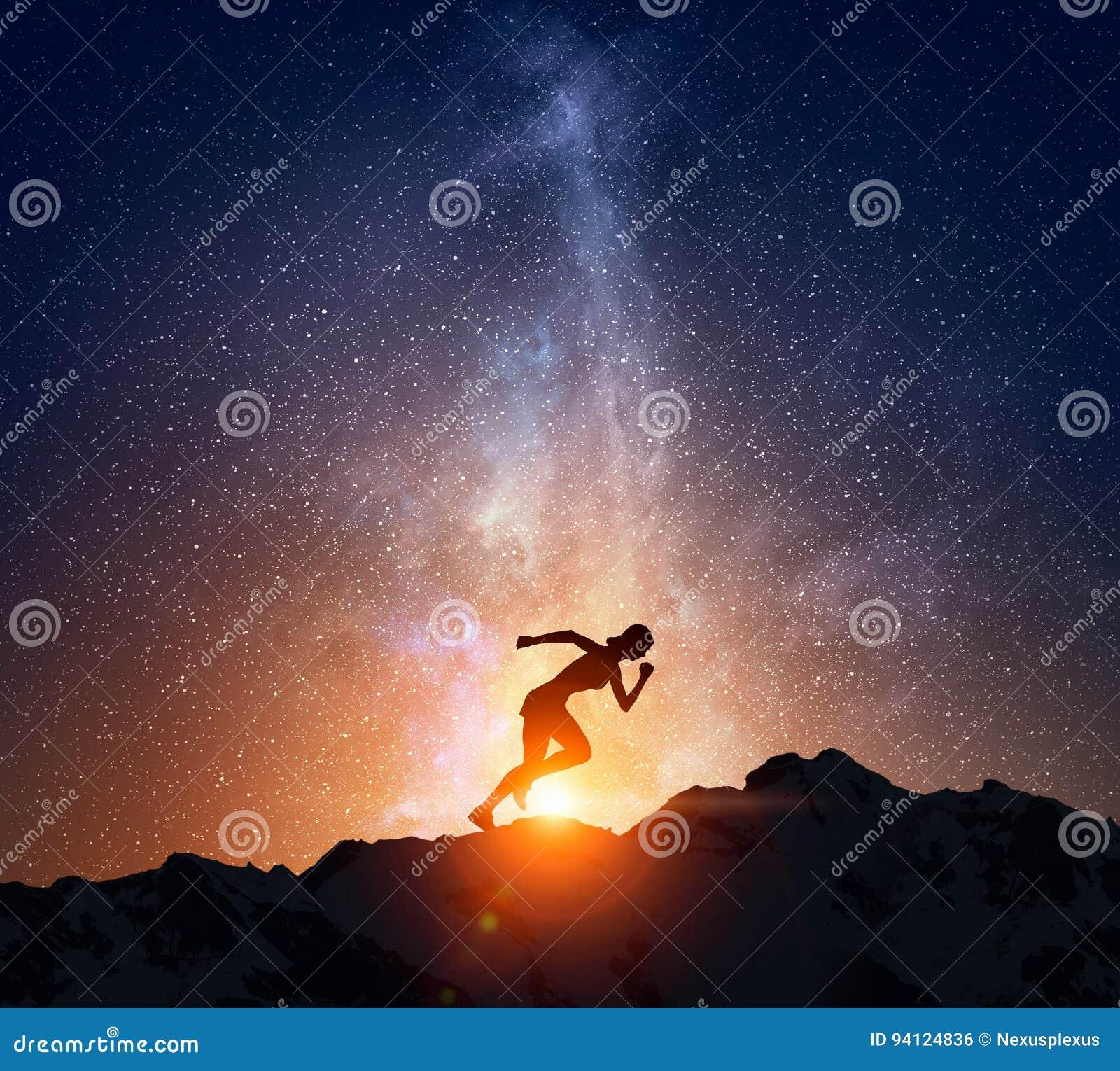 Jogger bieg przy nocą Mieszani środki