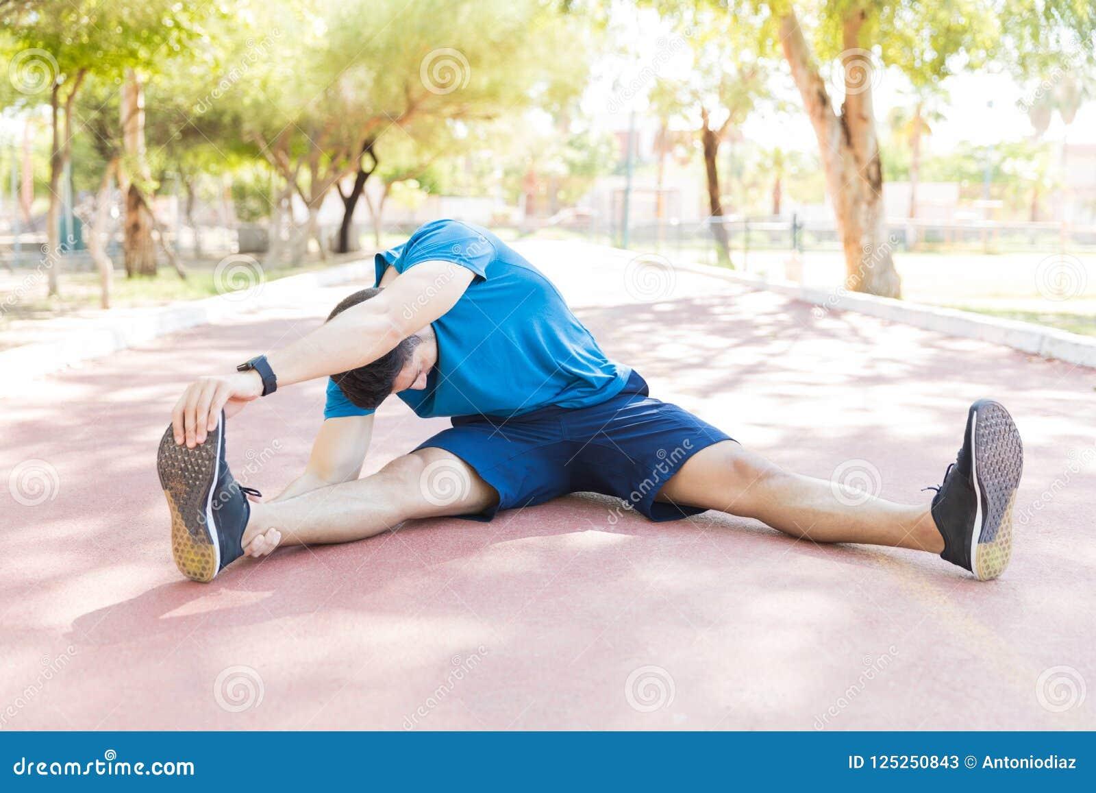 Jogger die Training doen alvorens op Spoor in Park Te lopen