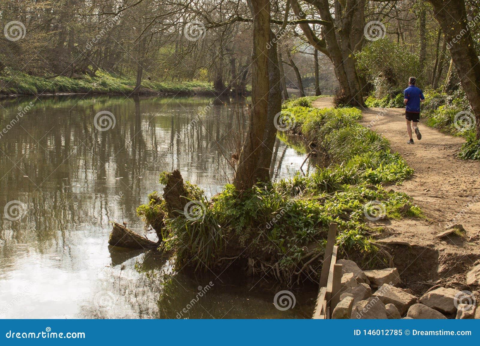 Jogging κατά μήκος της πορείας ποταμών