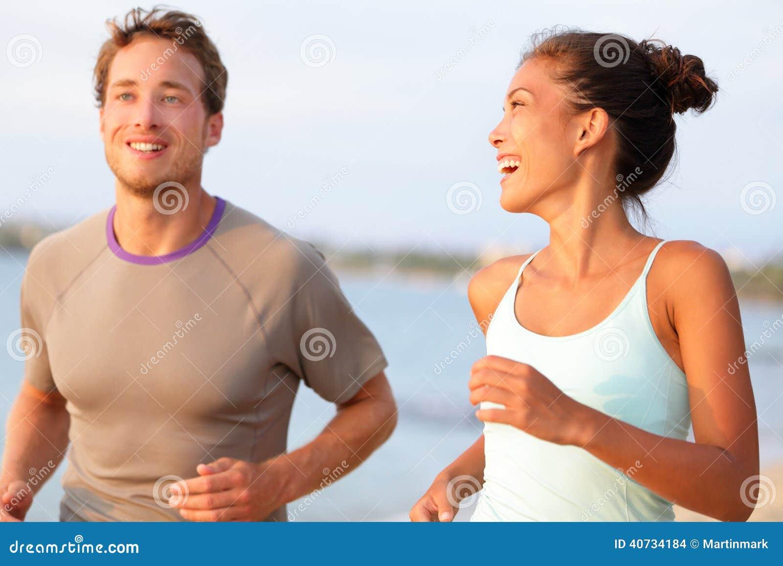 Jogging молодые люди фитнеса бежать счастливый усмехаться