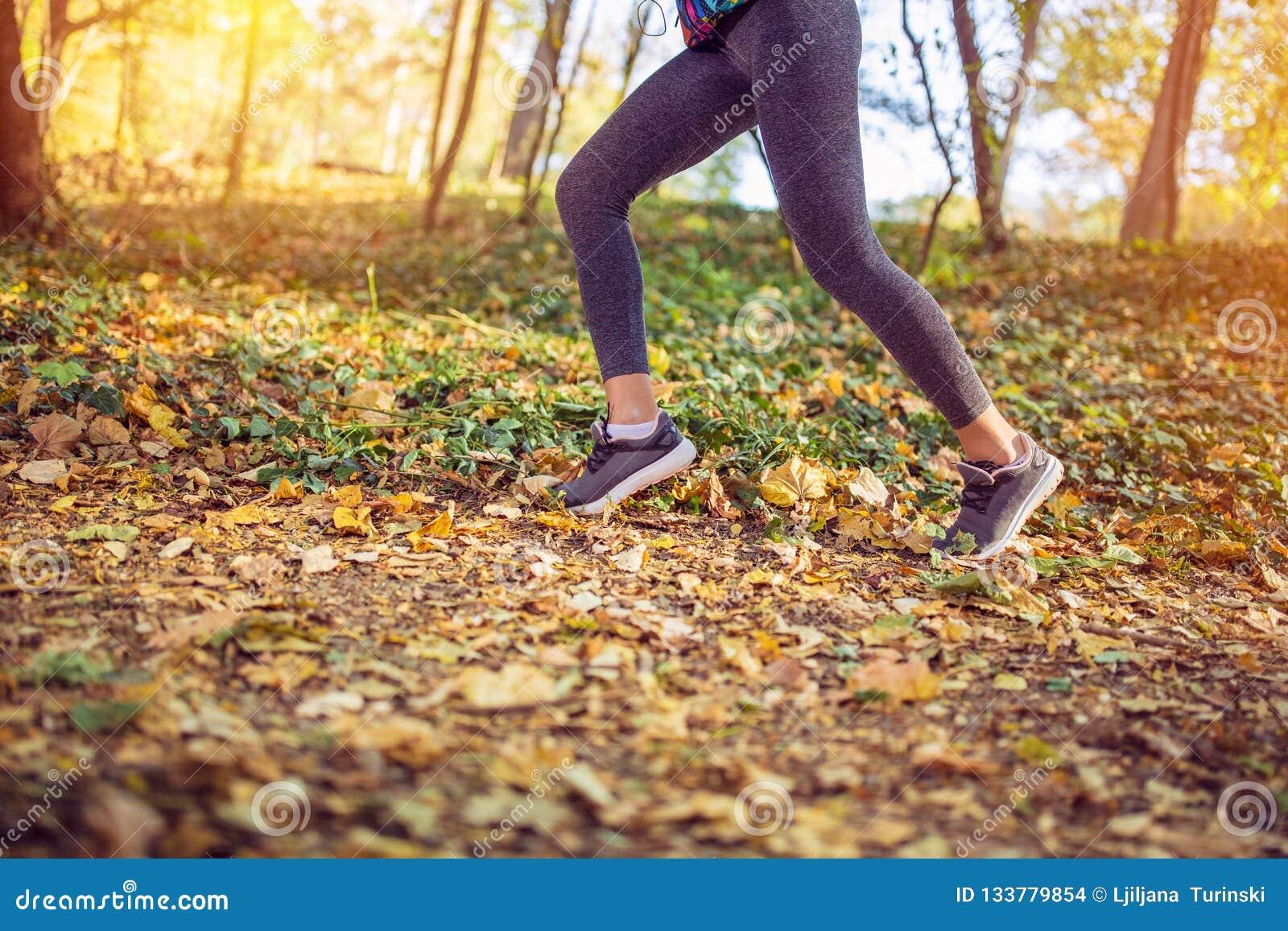 Jogging sport sprawności fizycznej kobieta Zamyka w górę żeńskich nóg i butów
