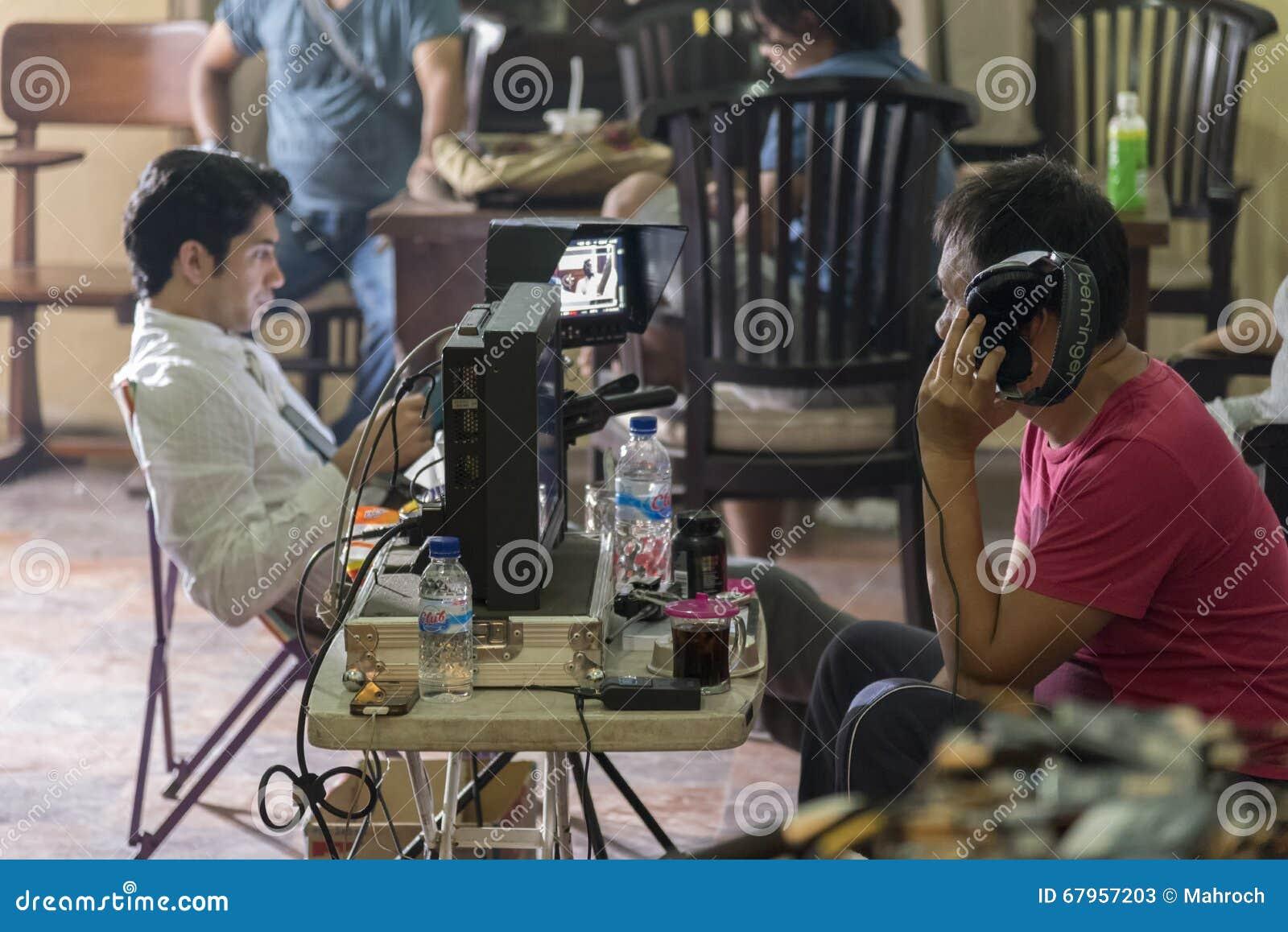 Jogjakarta, Indonesien - 8. März 2016: Der Direktor Hanung Bramantyo und stillstehender Schauspieler Reza Rahadian, das die Kamer