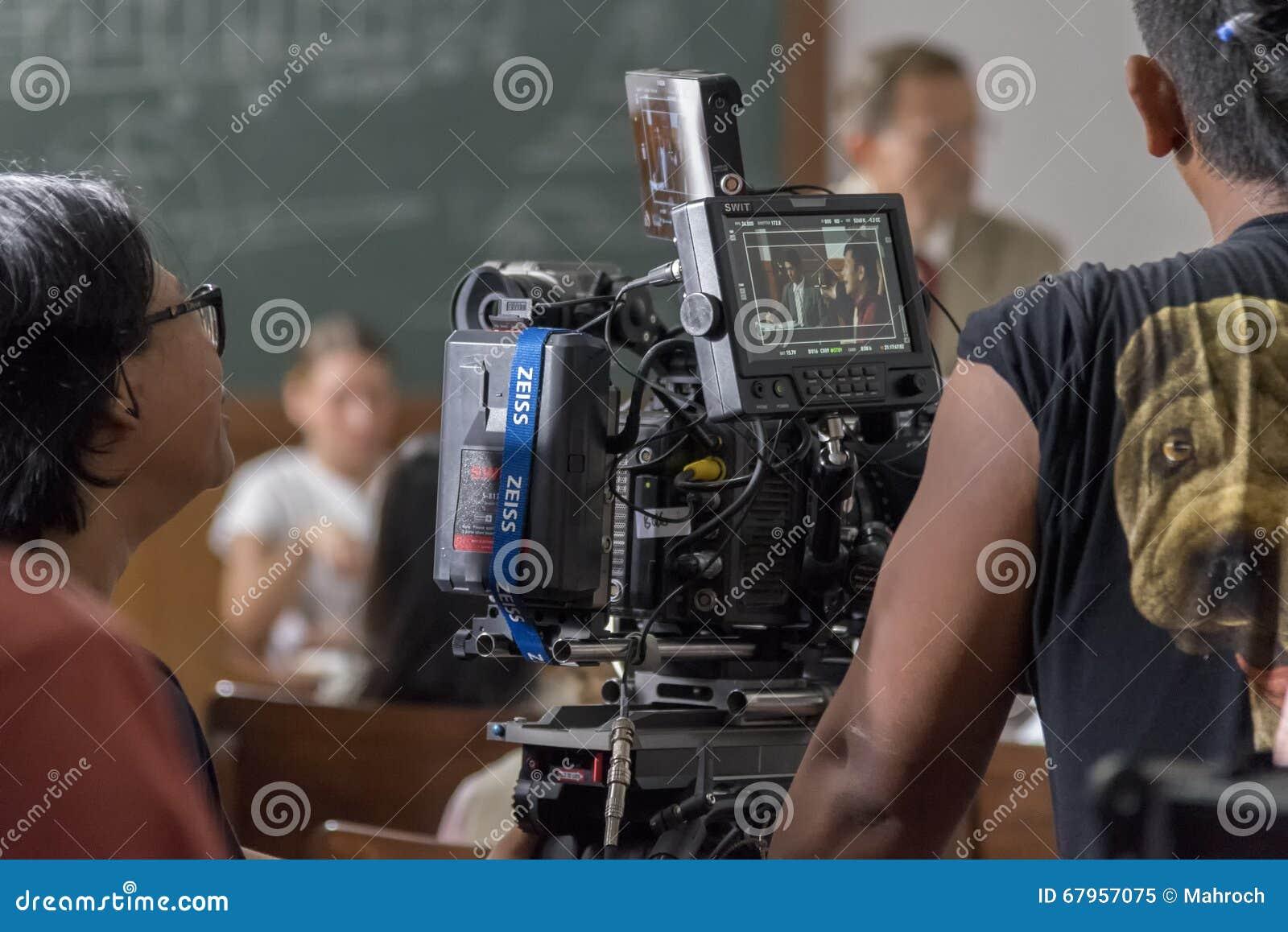 Jogjakarta, Indonesien - 8. März 2016: Schauspieler Reza Rahadian auf dem Kameravorschauschirm während des Schießens des Films Ru