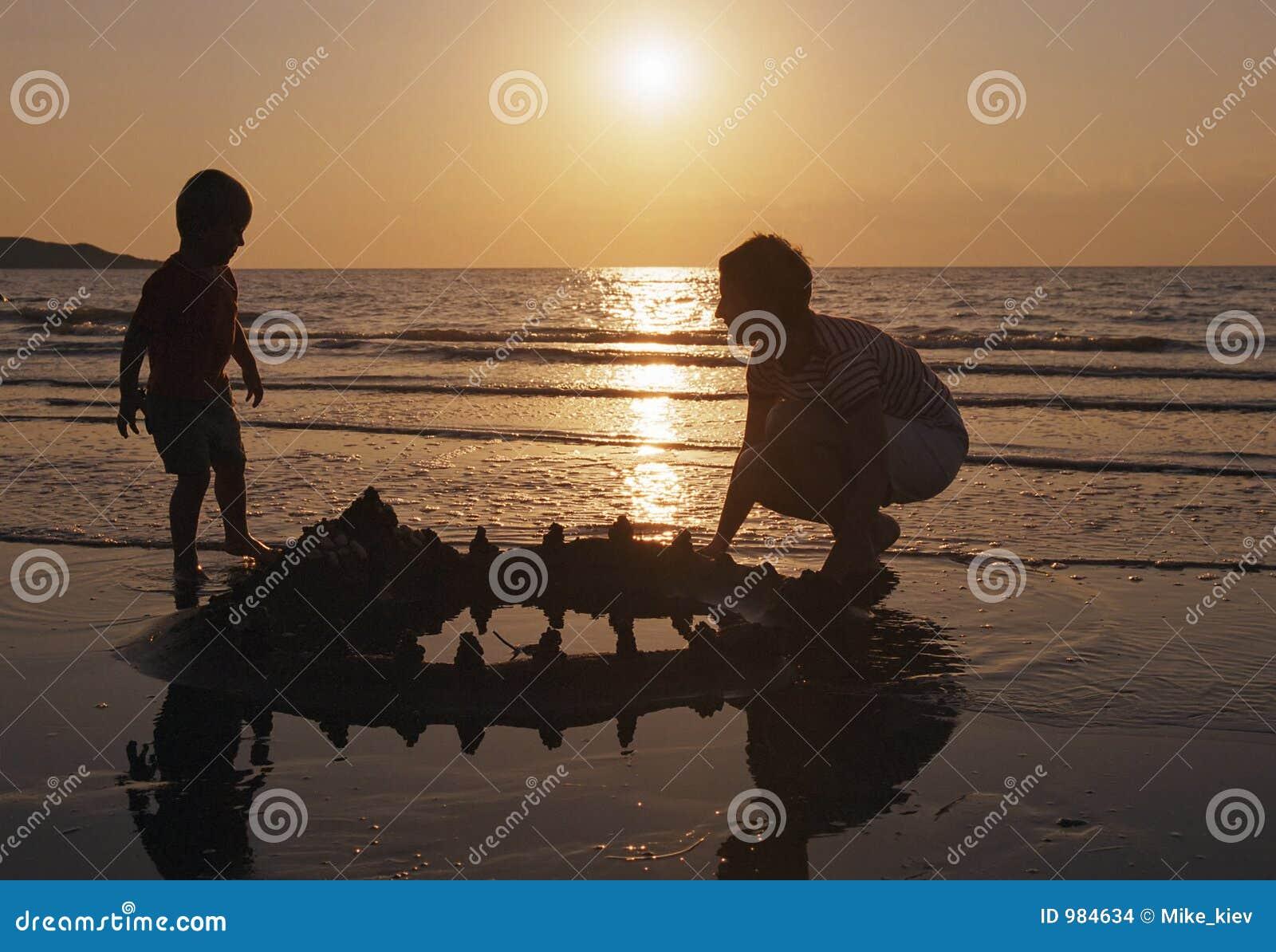 Jogo da família em uma praia