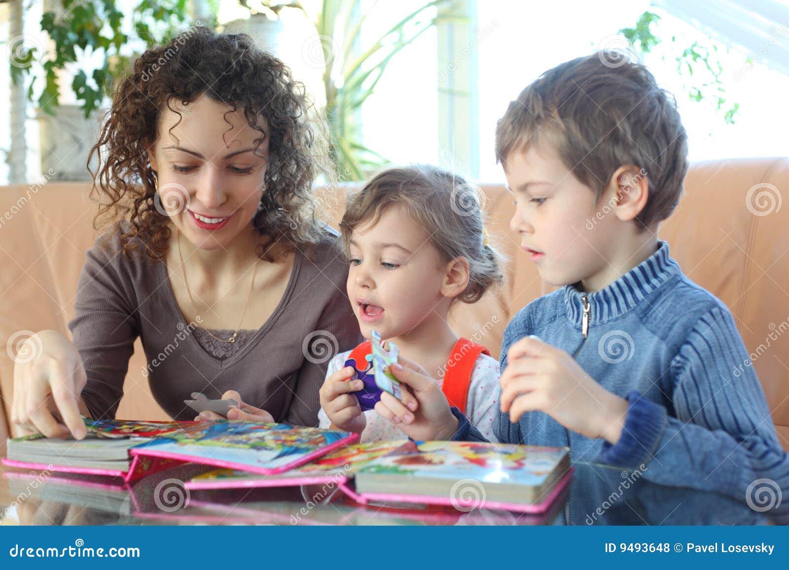Jogo da matriz e de crianças com enigma de serra de vaivém
