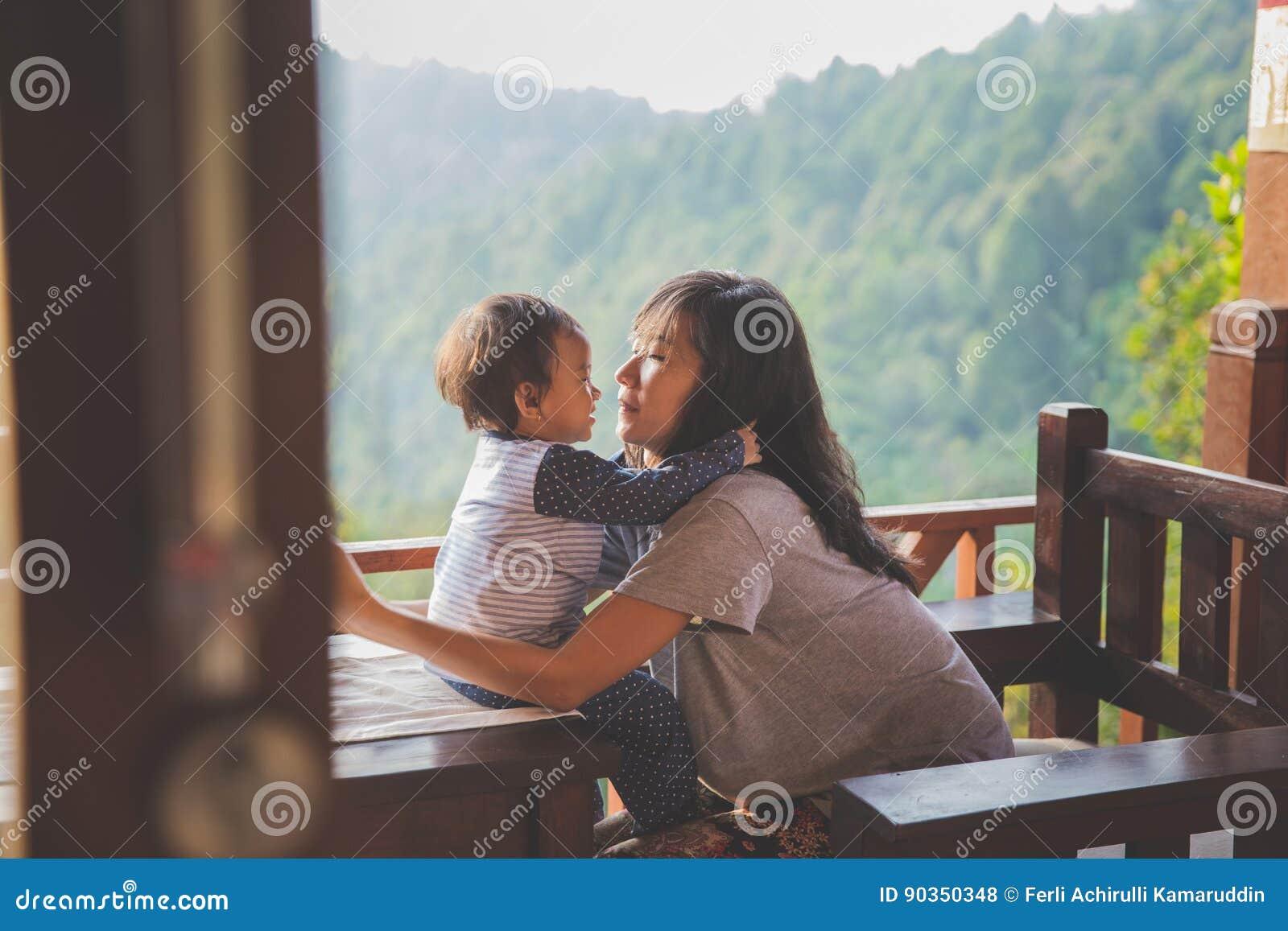 Jogo da menina da mãe e da criança