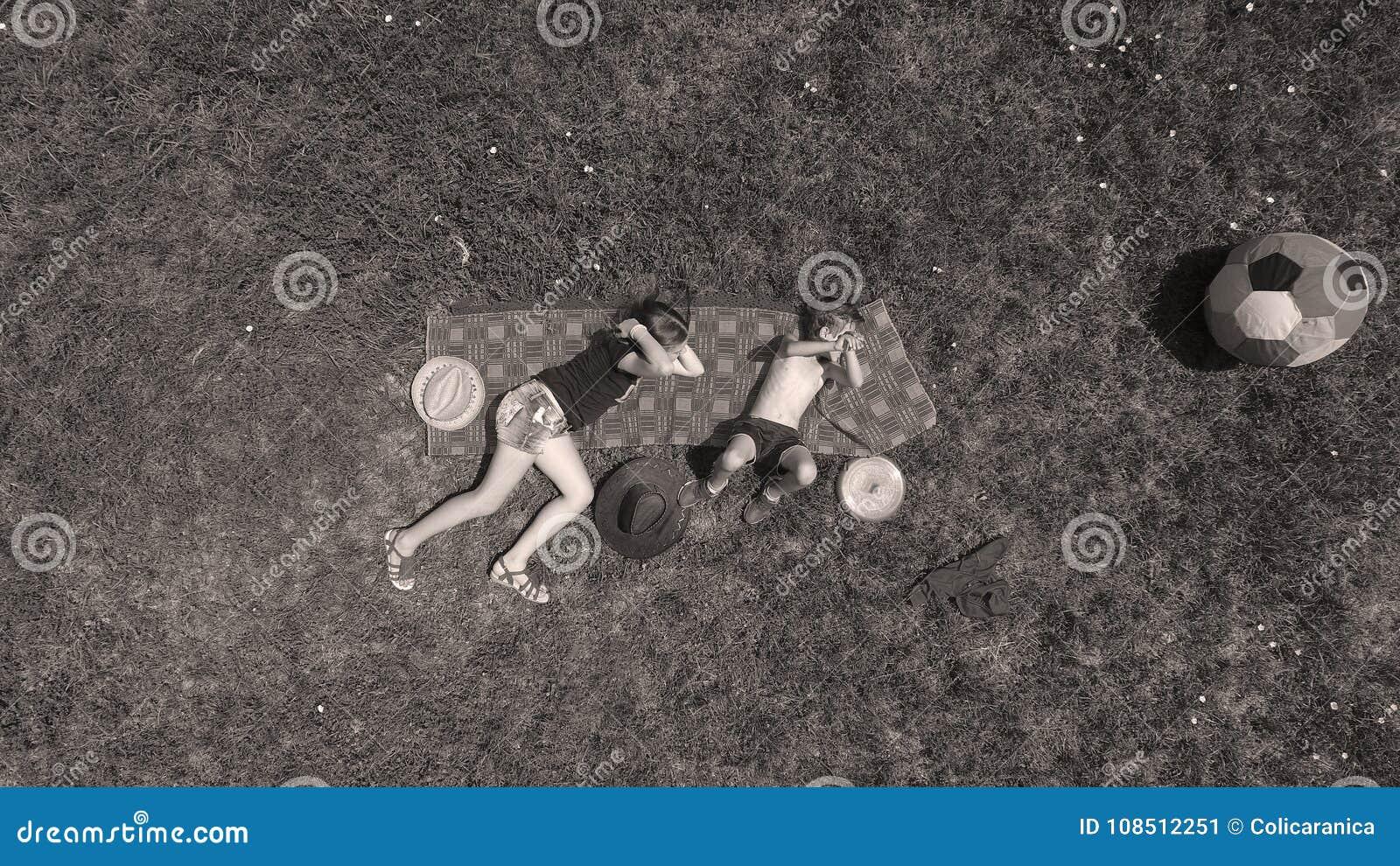 Jogo das crianças, vista de cima de, irmão e irmã