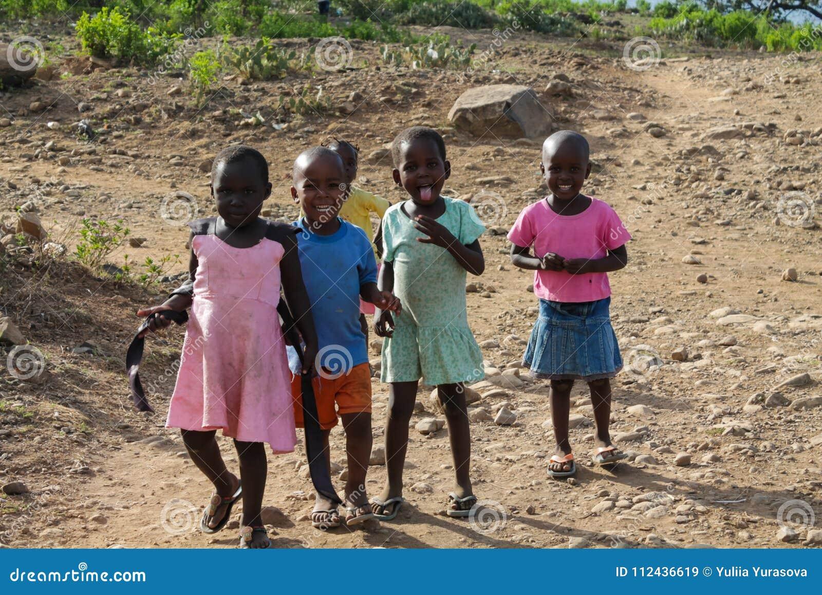 Jogo de crianças pequenas africano em uma rua