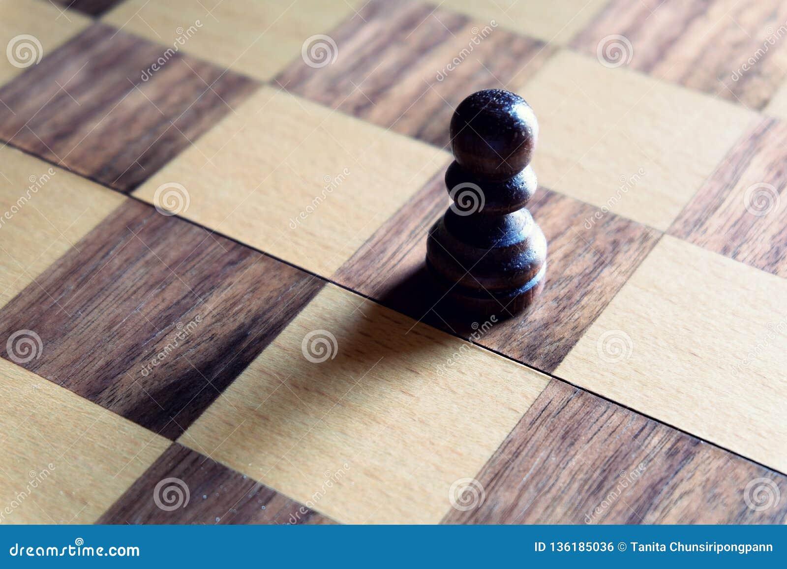 Jogo de mesa da xadrez Suporte preto do penhor proeminente sob a luz suave Conceito da liderança Vencedor do negócio