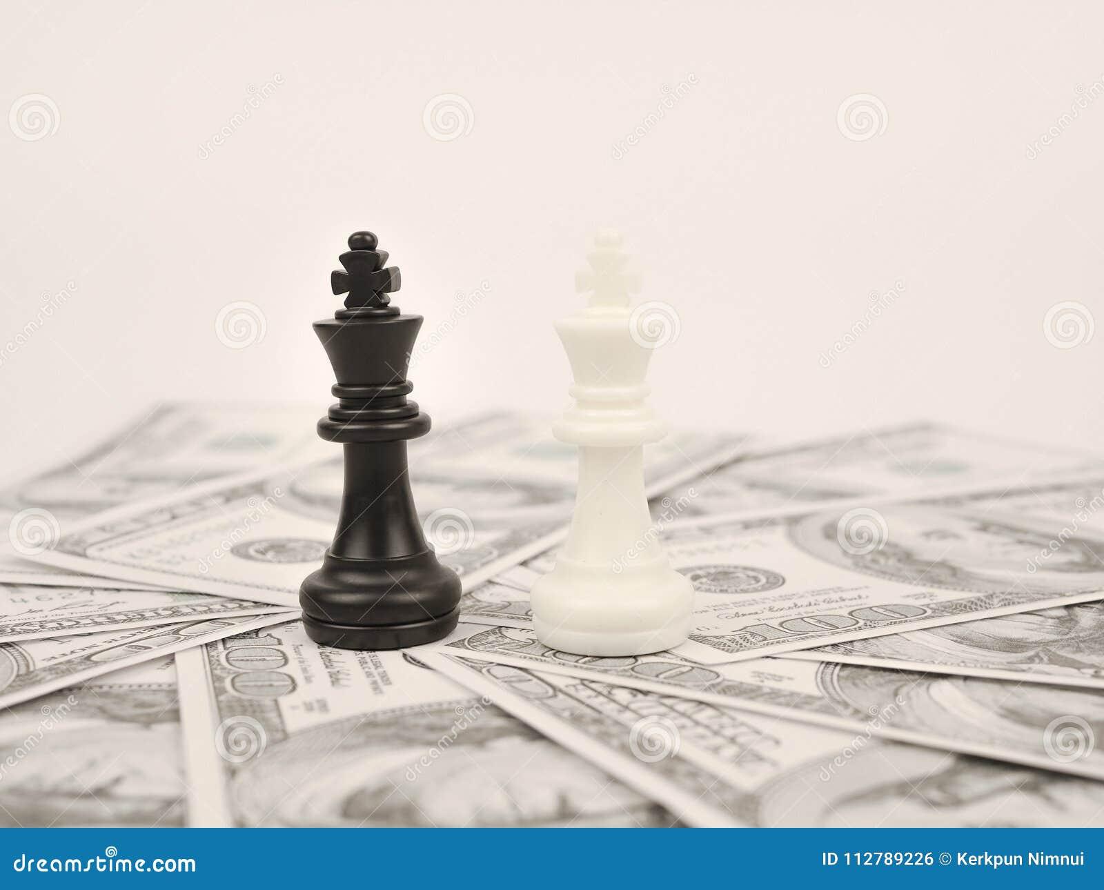 Jogo do dinheiro do mundo pelo rei preto da xadrez do vencedor
