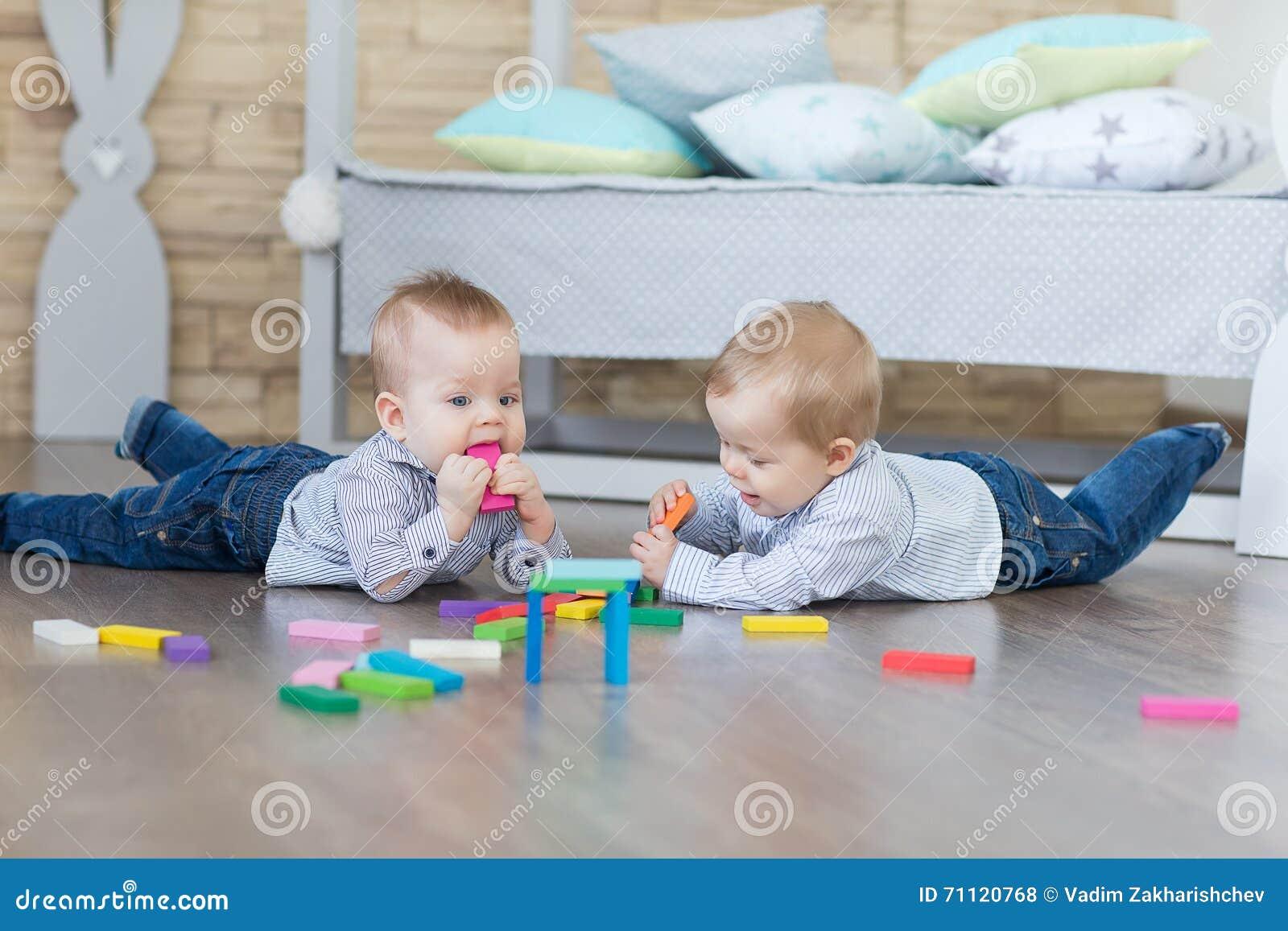 Jogo dos gêmeos do menino