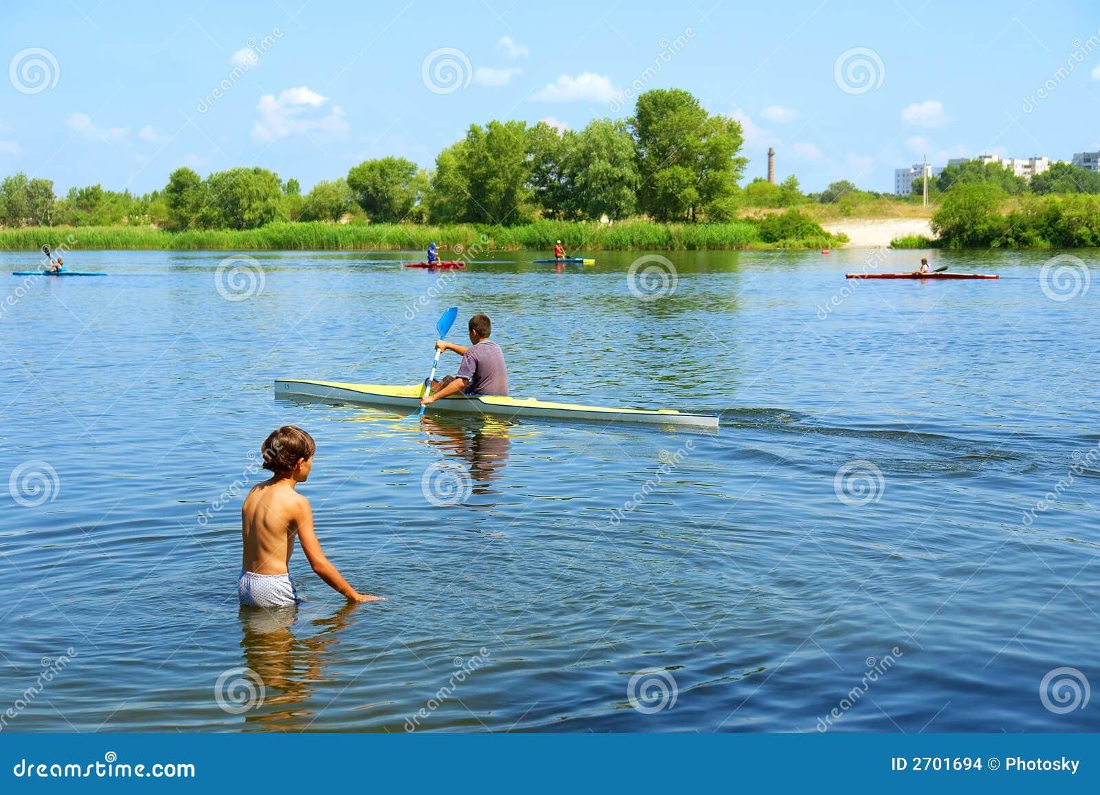 Jogos do menino na água e no barco