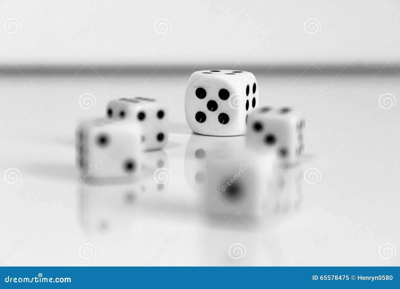 Jogos pretos brancos do jogo do número aleatório dos dados