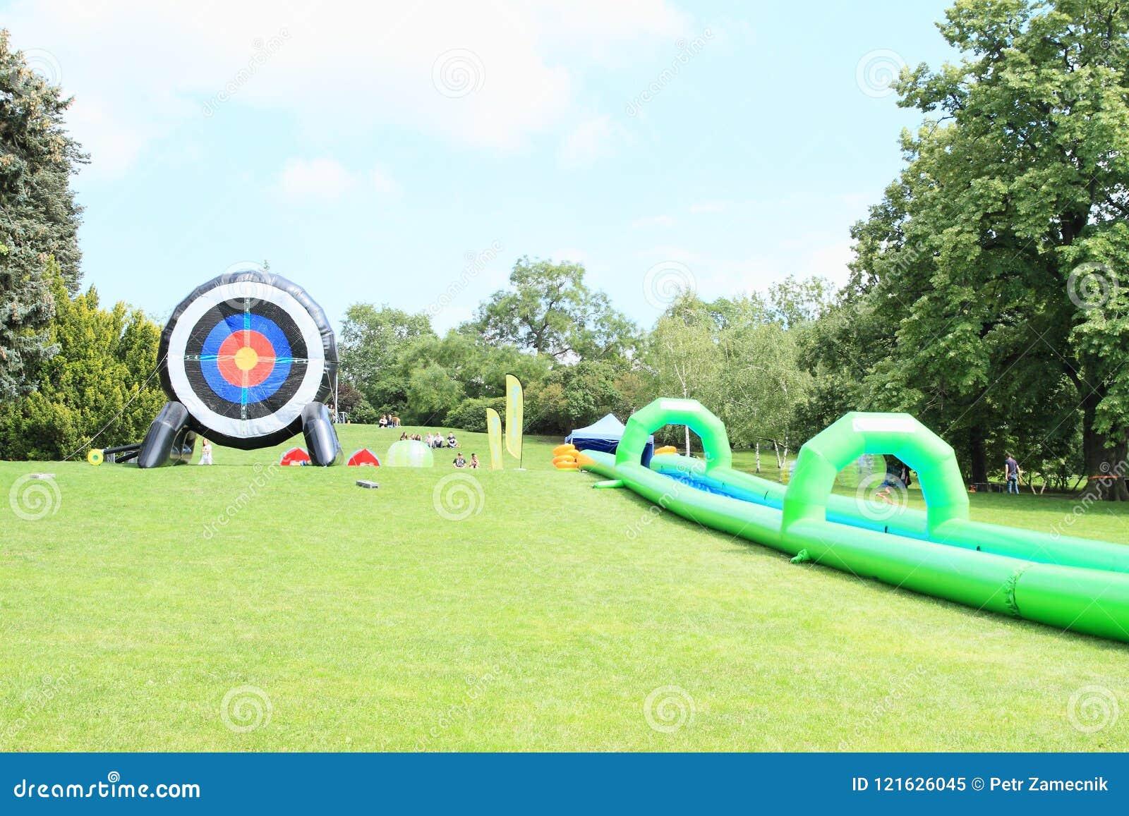 Jogos sem beiras - corrediça e alvo de água