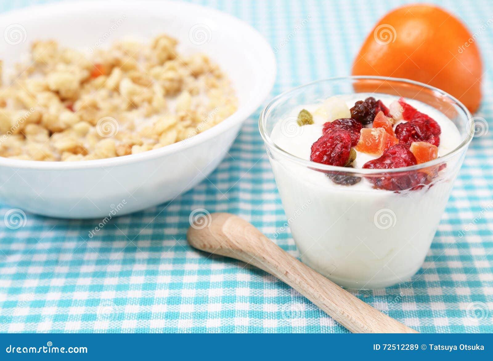 Jogurt z suchymi owoc
