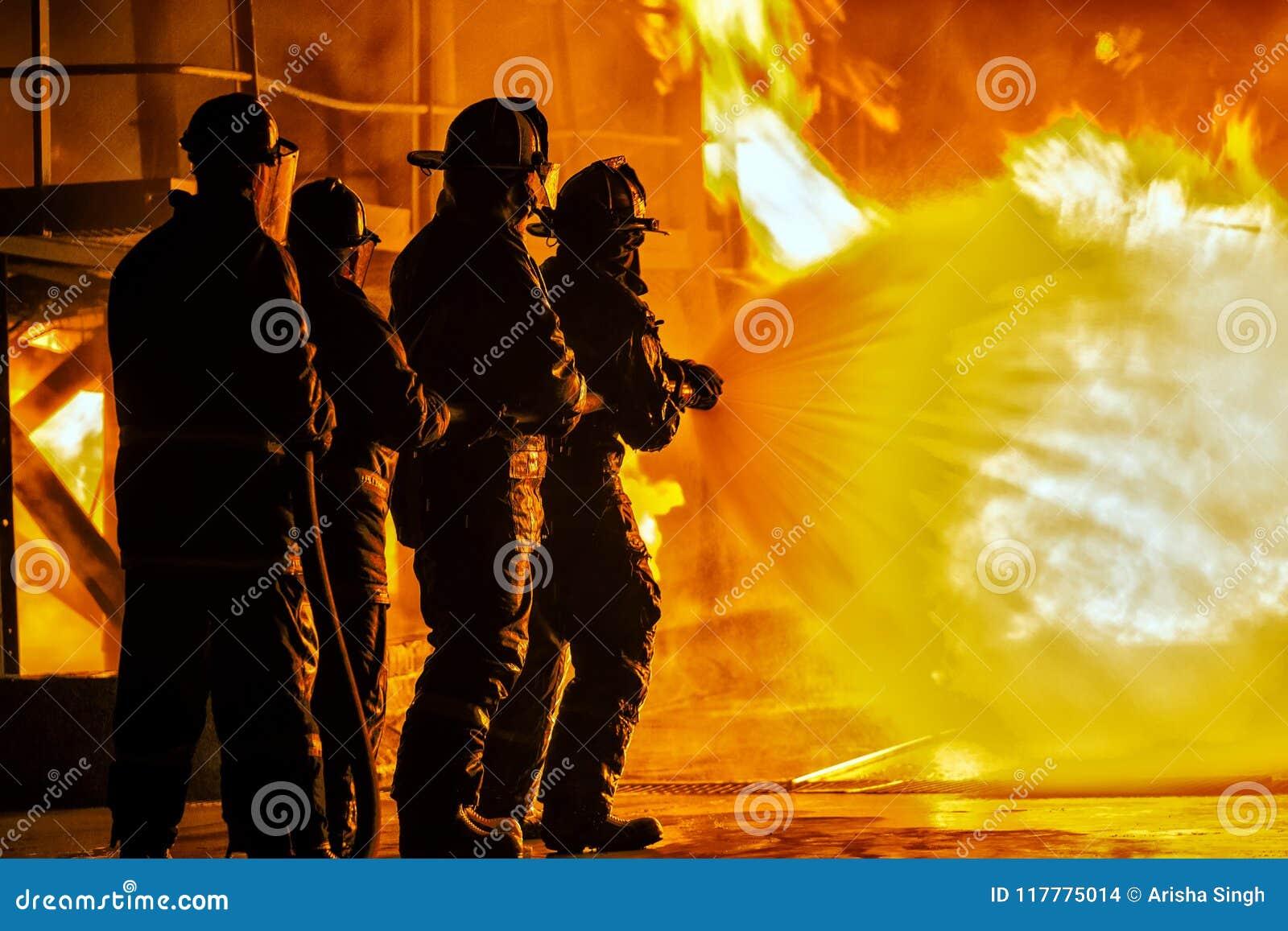 JOHANNESBURG POŁUDNIOWA AFRYKA, MAJ, -, 2018 strażaków rozpyla w dół ogienia podczas pożarniczego ćwiczenia szkoleniowego