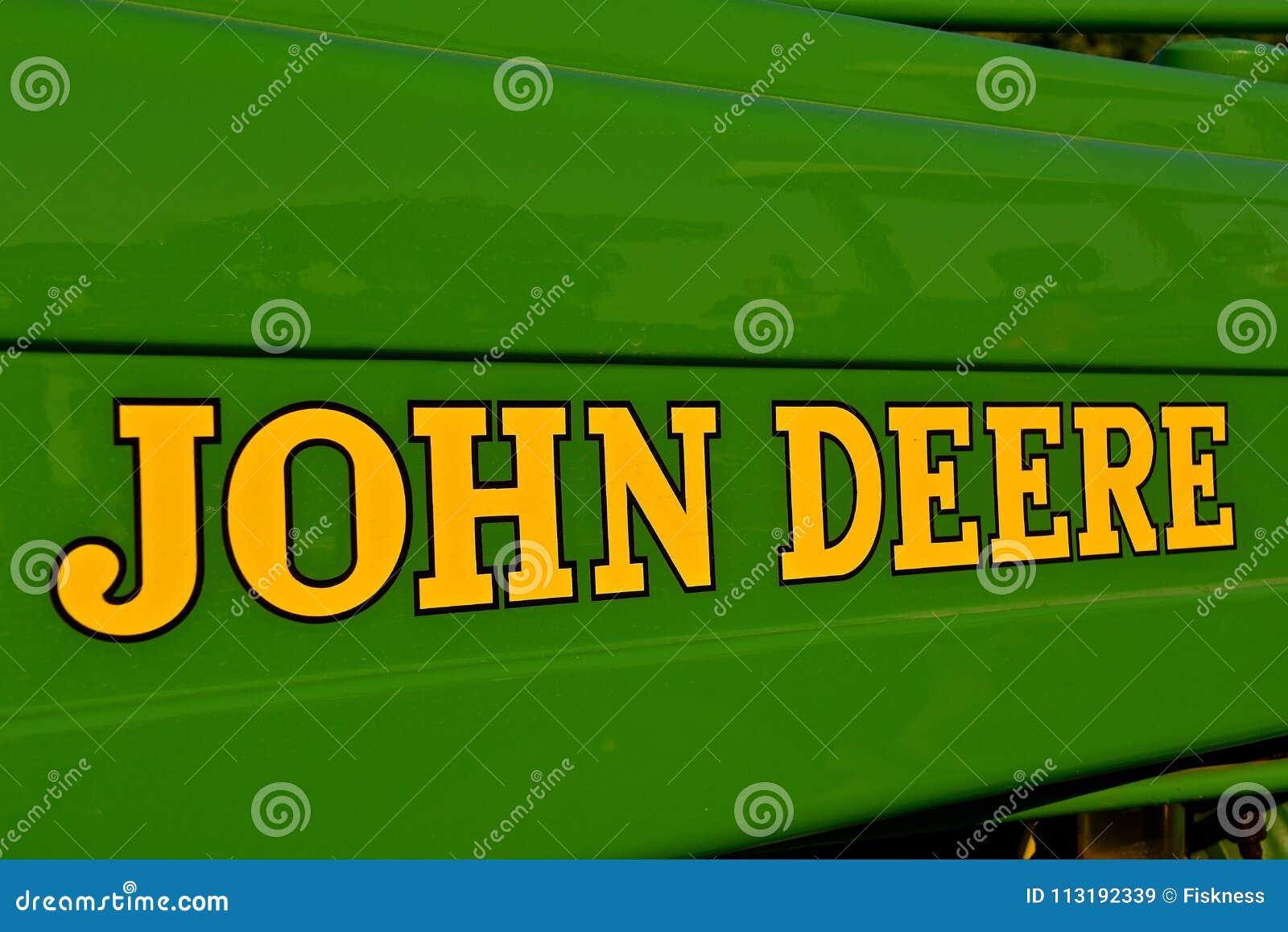 John Deere logo na ciągniku