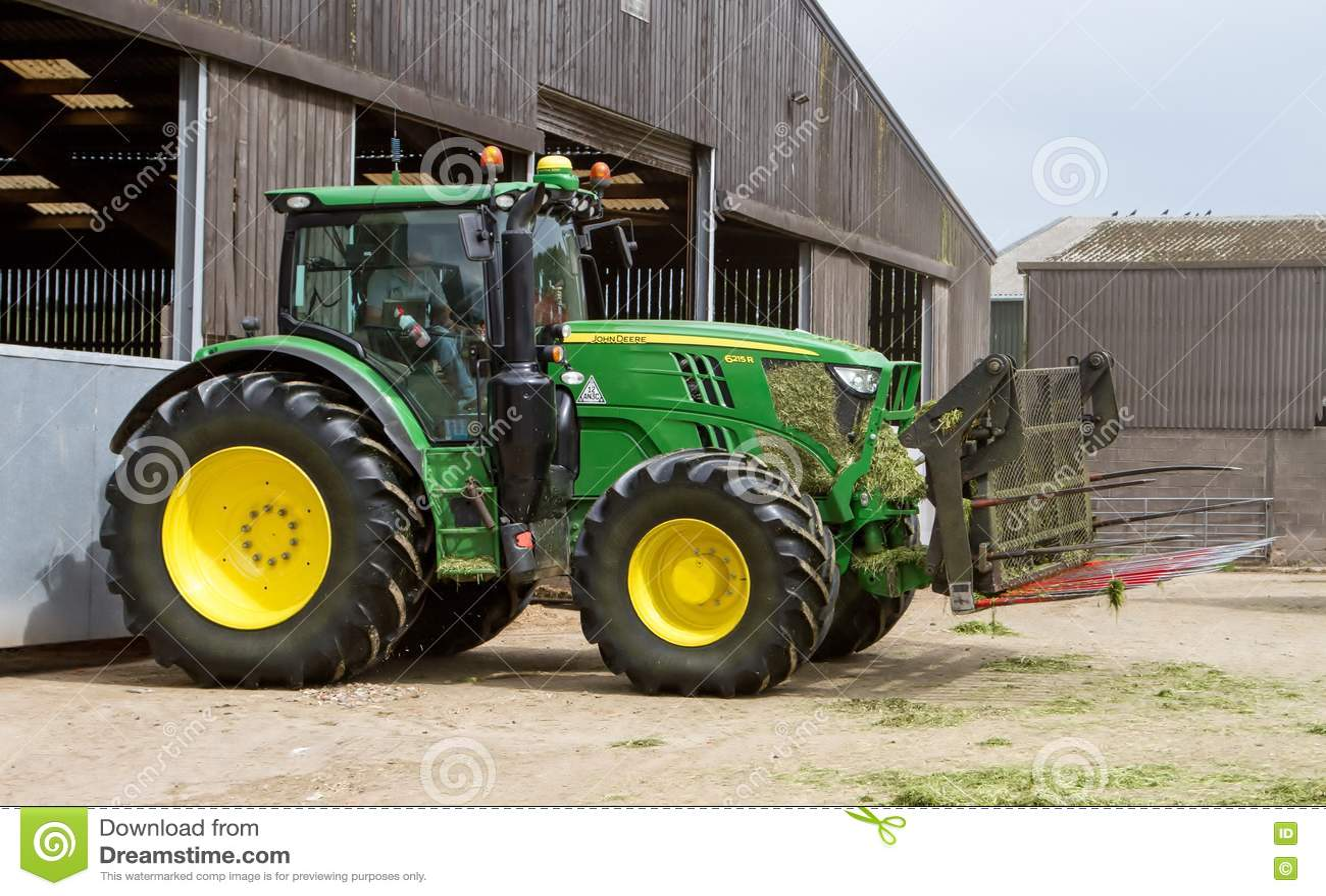 John Deere Traktor Der Silage An Der Klammer Drückt Redaktionelles