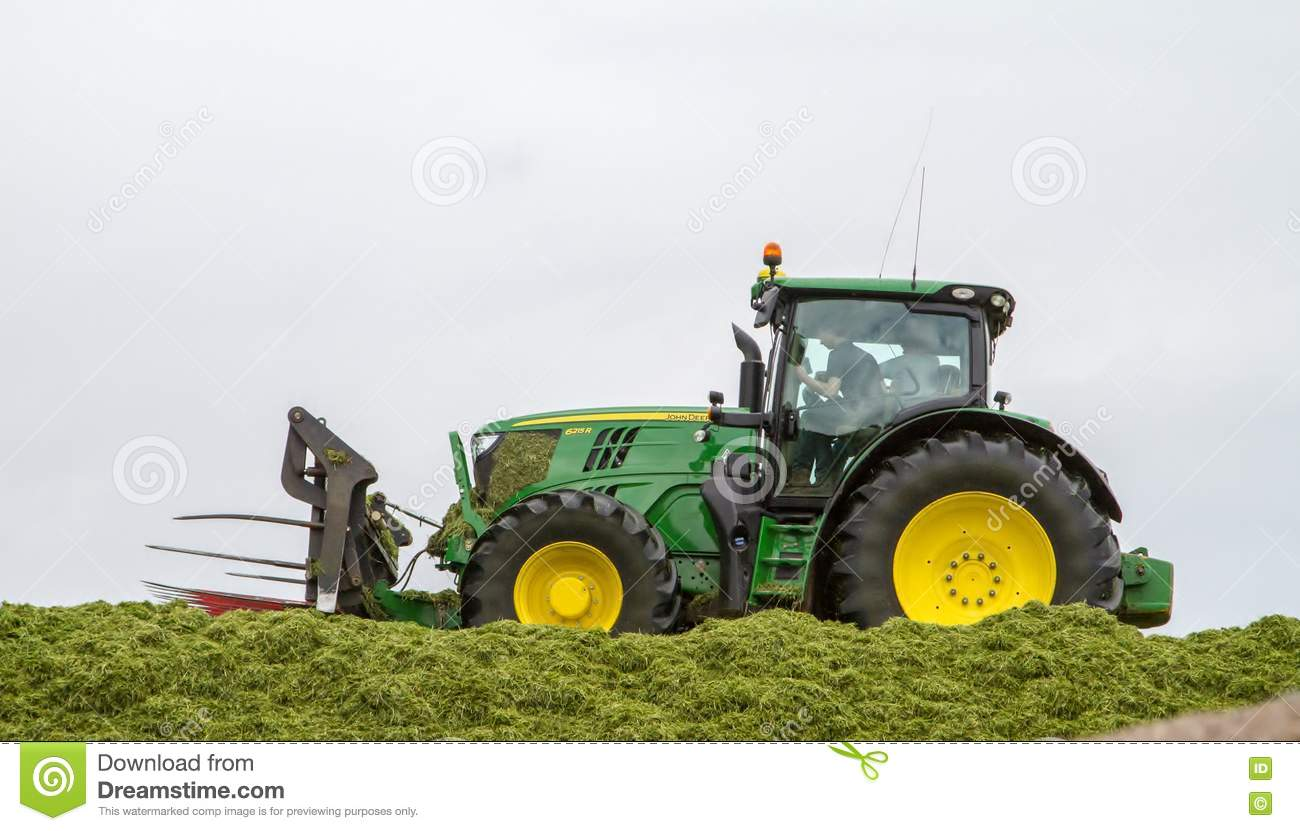 john deere traktor der silage an der klammer dr ckt. Black Bedroom Furniture Sets. Home Design Ideas