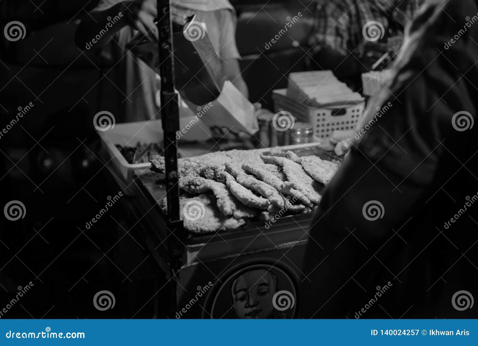 JOHOR, MALAISIE - FÉVRIER 2019 : Scène de rue de massivepeople au carat de Pasar ou de marché de vente de botte de voiture pendan