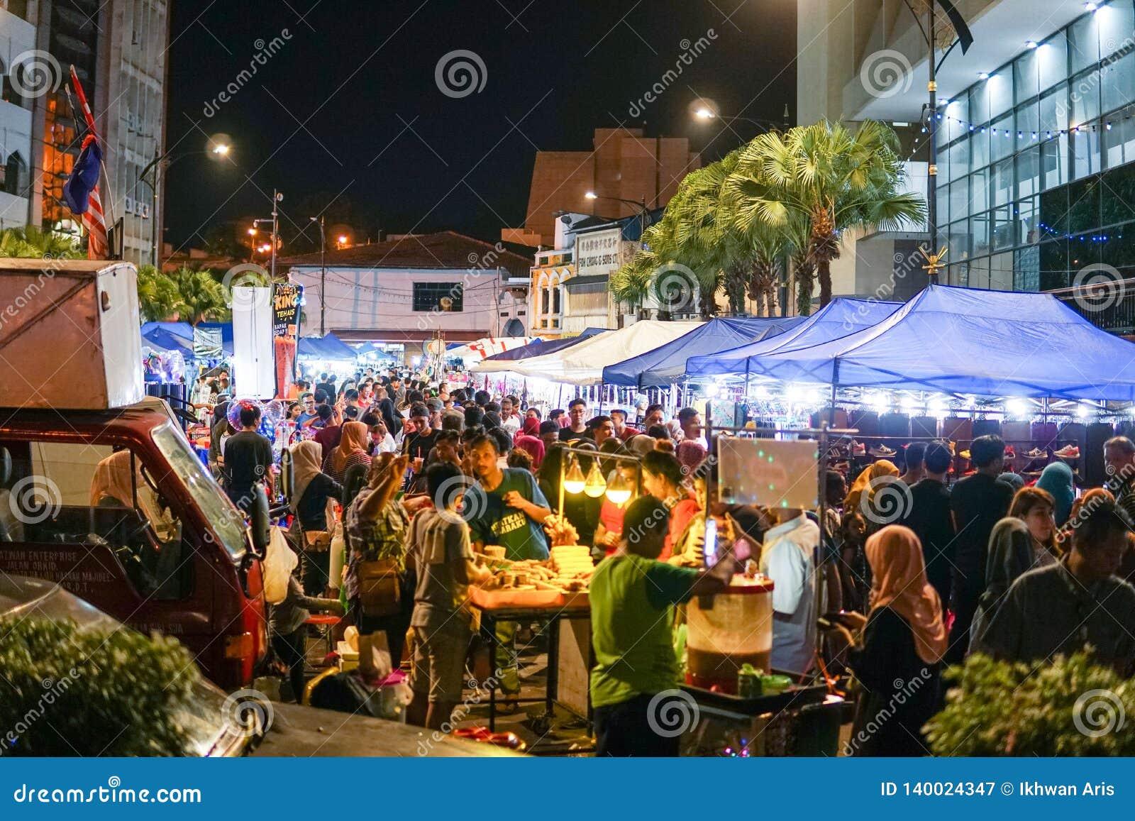 JOHOR MALAYSIA - FEBRUARI 2019: Gataplats av massivepeople på den Pasar karaten eller marknaden för bilkängaförsäljning under kin