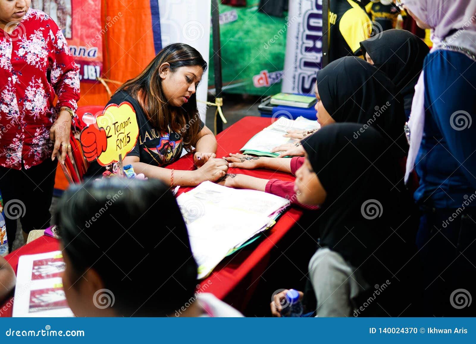 JOHOR, MALEISIË - FEBRUARI 2019: Straatscène van massivepeople in Pasar Karat of de verkoopmarkt van de autolaars tijdens Chinees