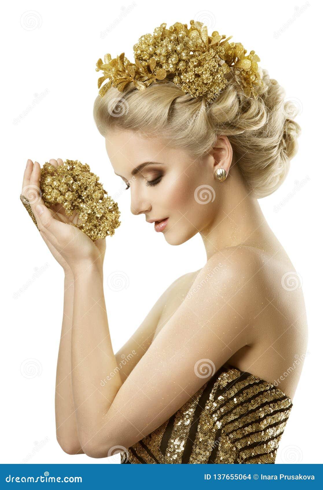 Joia dourada das flores da terra arrendada da mulher, sonhos novos da menina da forma, brancos