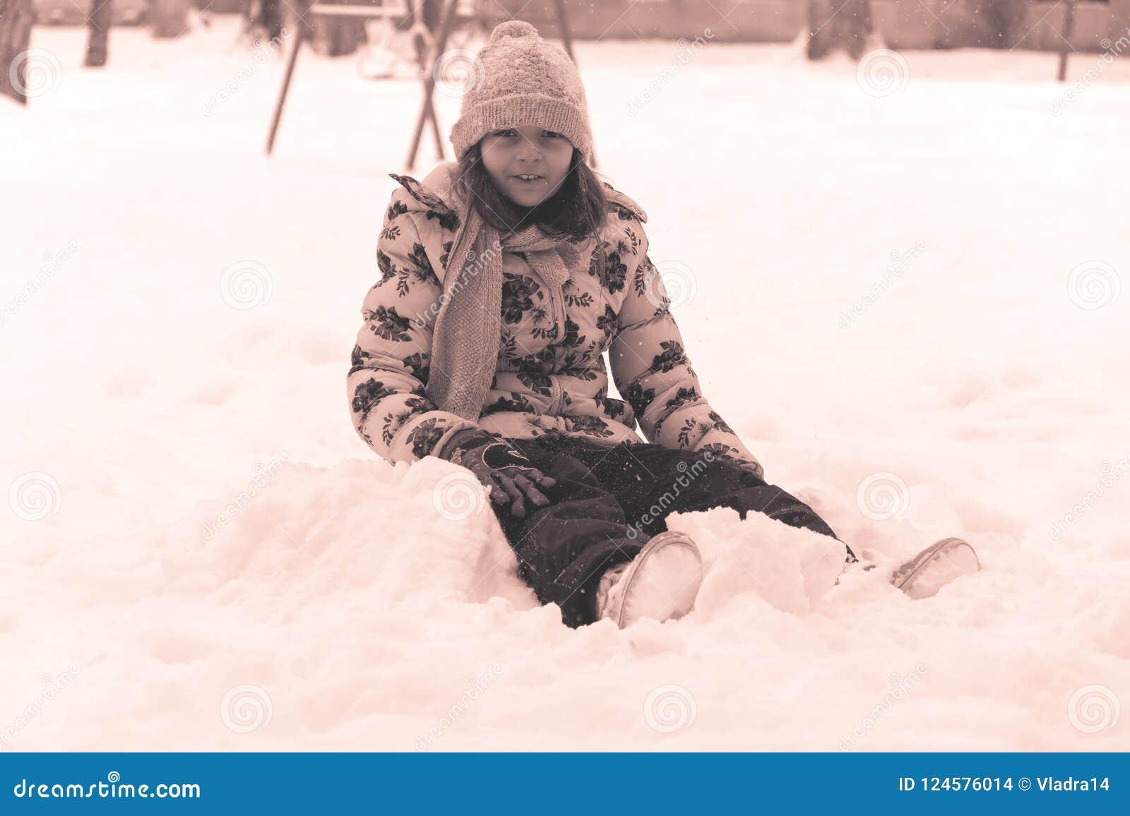 Joie et amusement d hiver la fille repose la neige