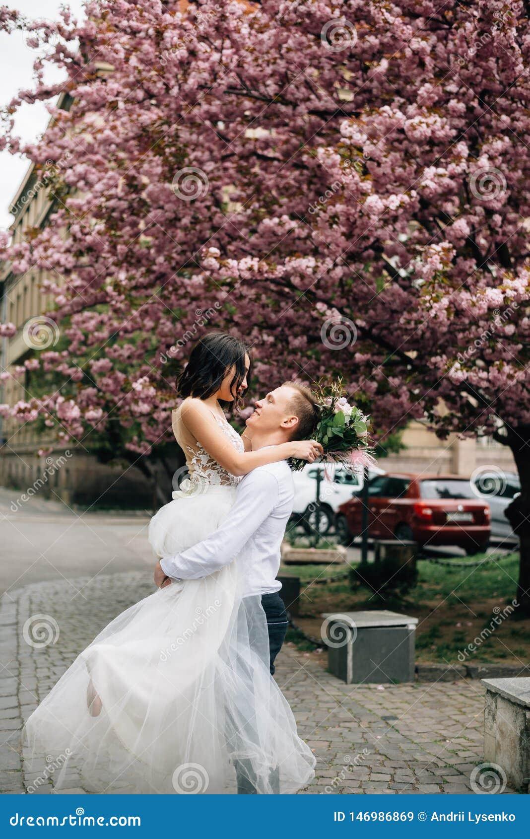 Joie et bonheur sur les visages des jeunes mariés leur jour du mariage