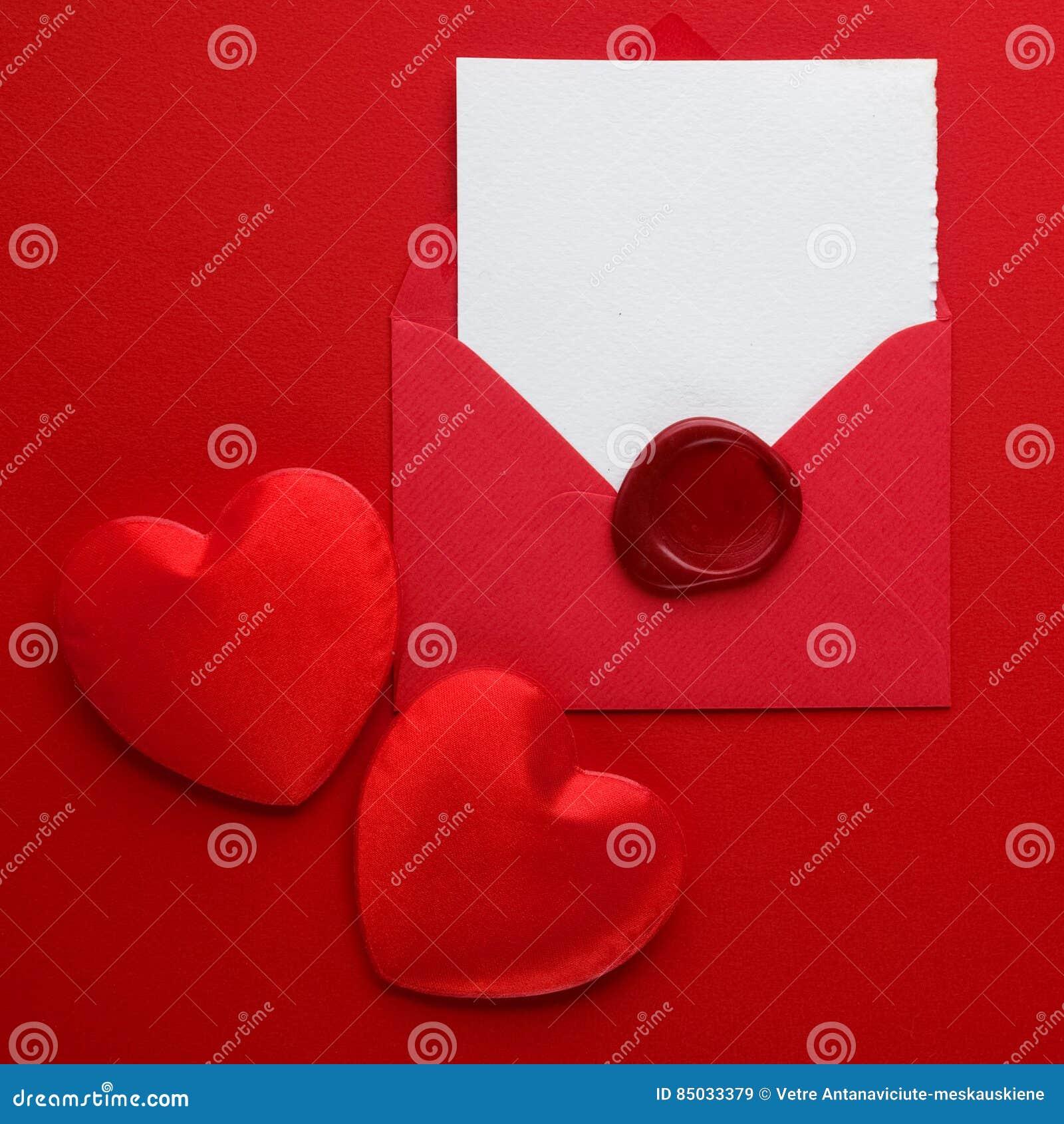 Joint de courrier, de coeur et de cire d enveloppe sur le fond rouge Concept de salutation de Valentine Day Card, d amour ou de m