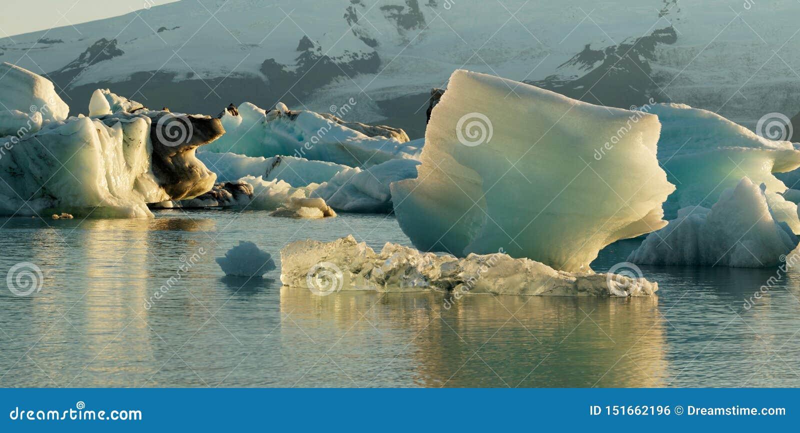 Jokulsarlonijsberg in de gletsjerlagune