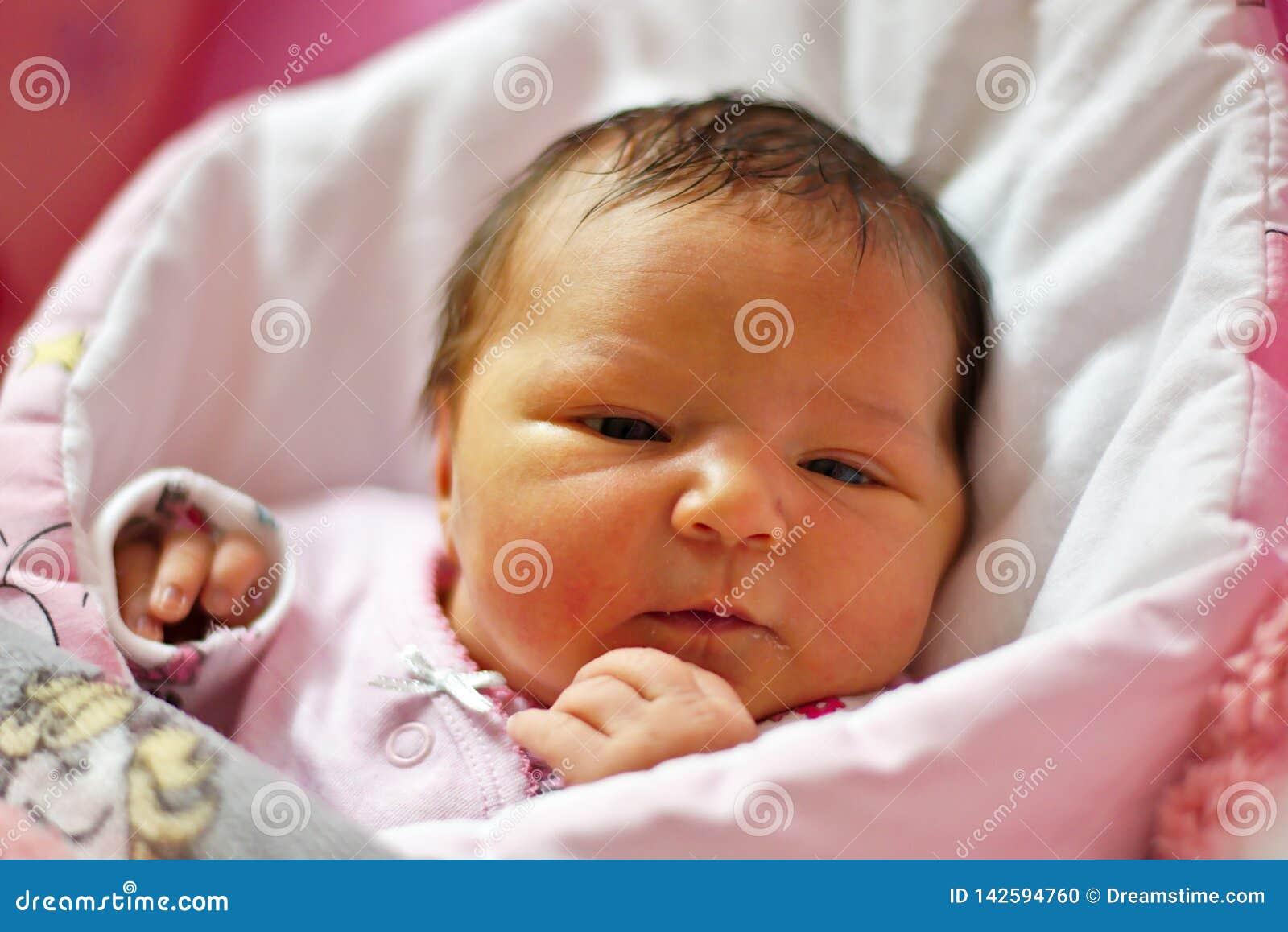 Joli bébé nouveau-né de cheveux noirs