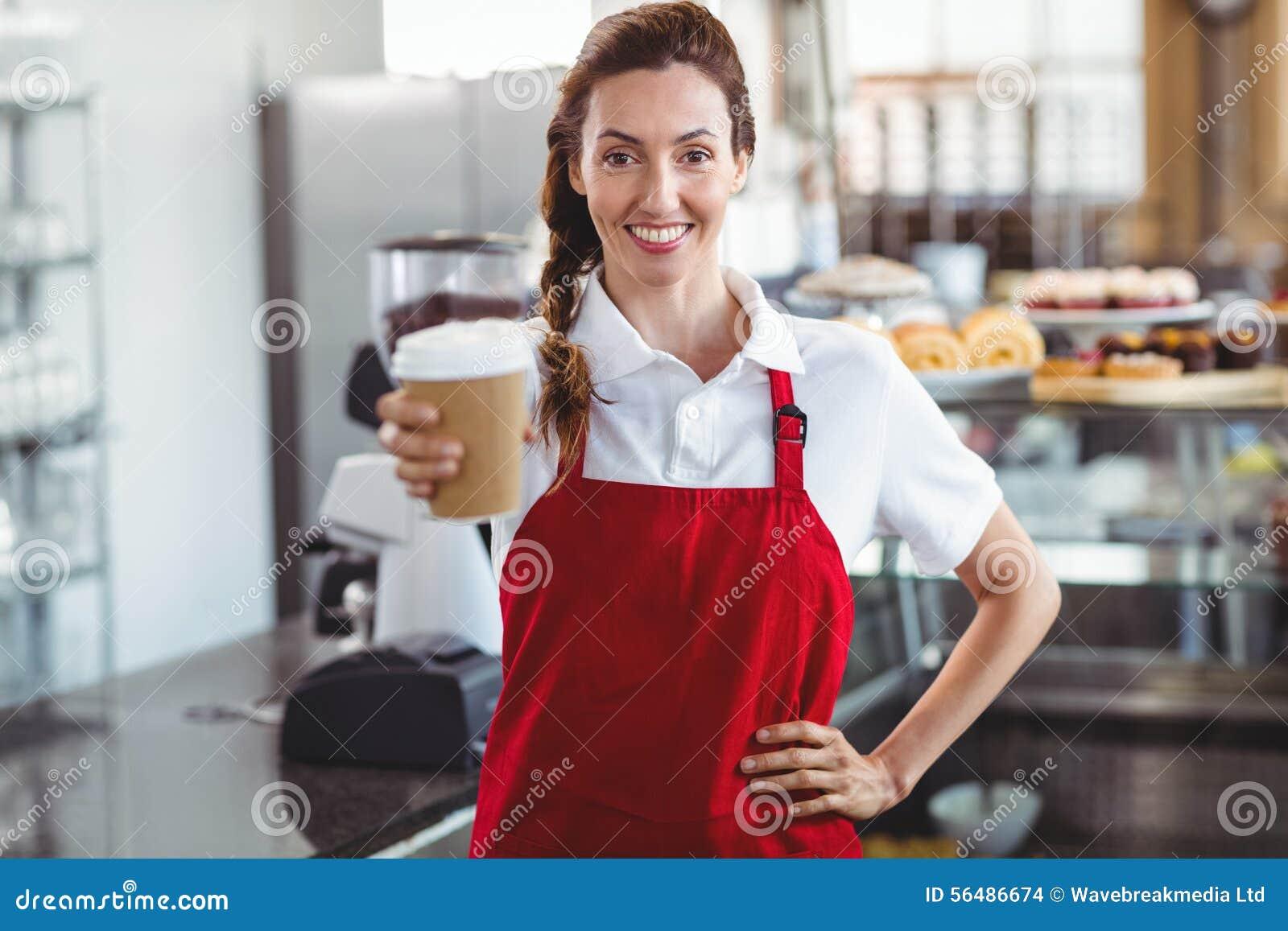 Joli barman donnant la tasse à emporter
