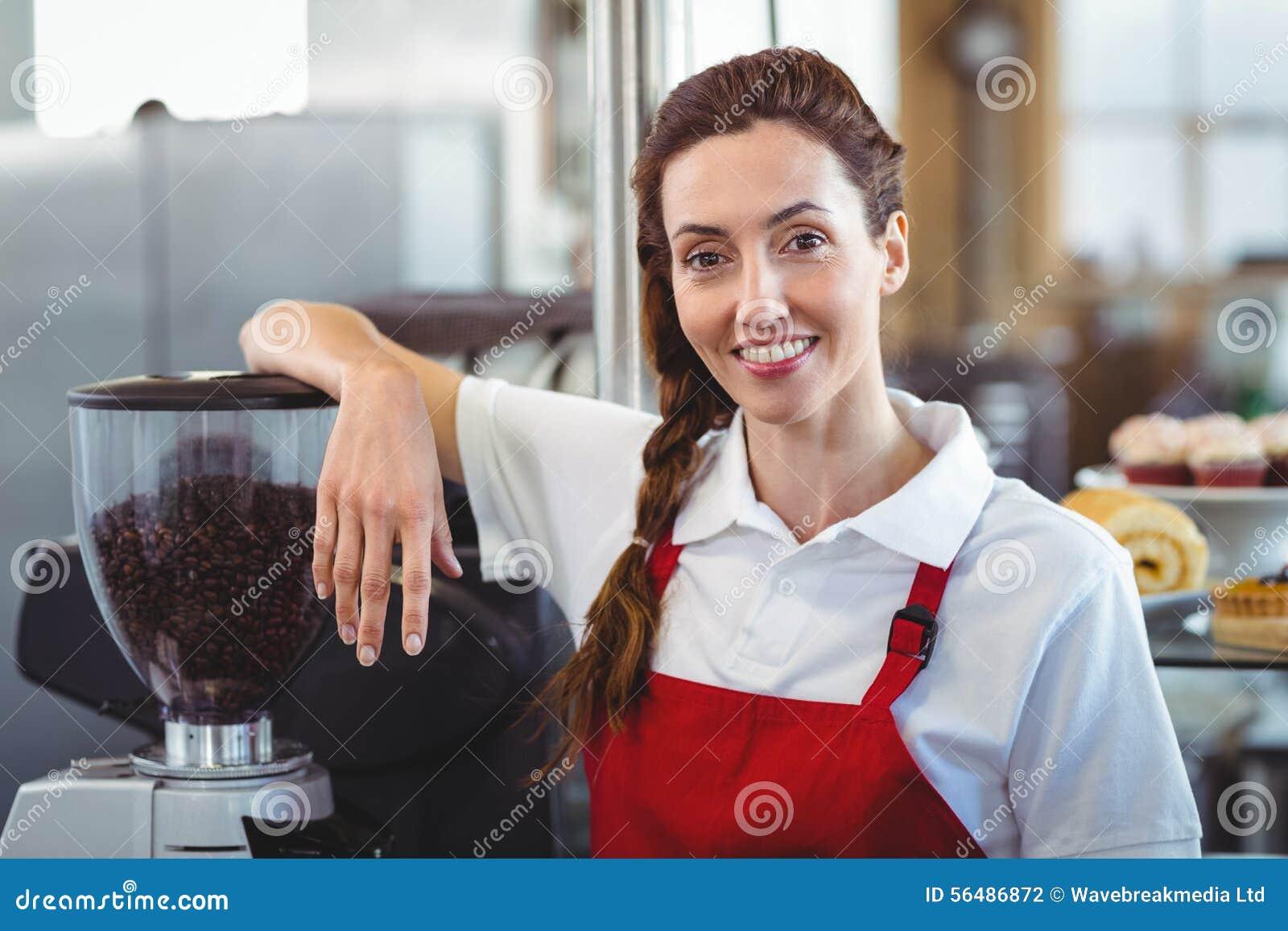 Joli barman souriant à l appareil-photo
