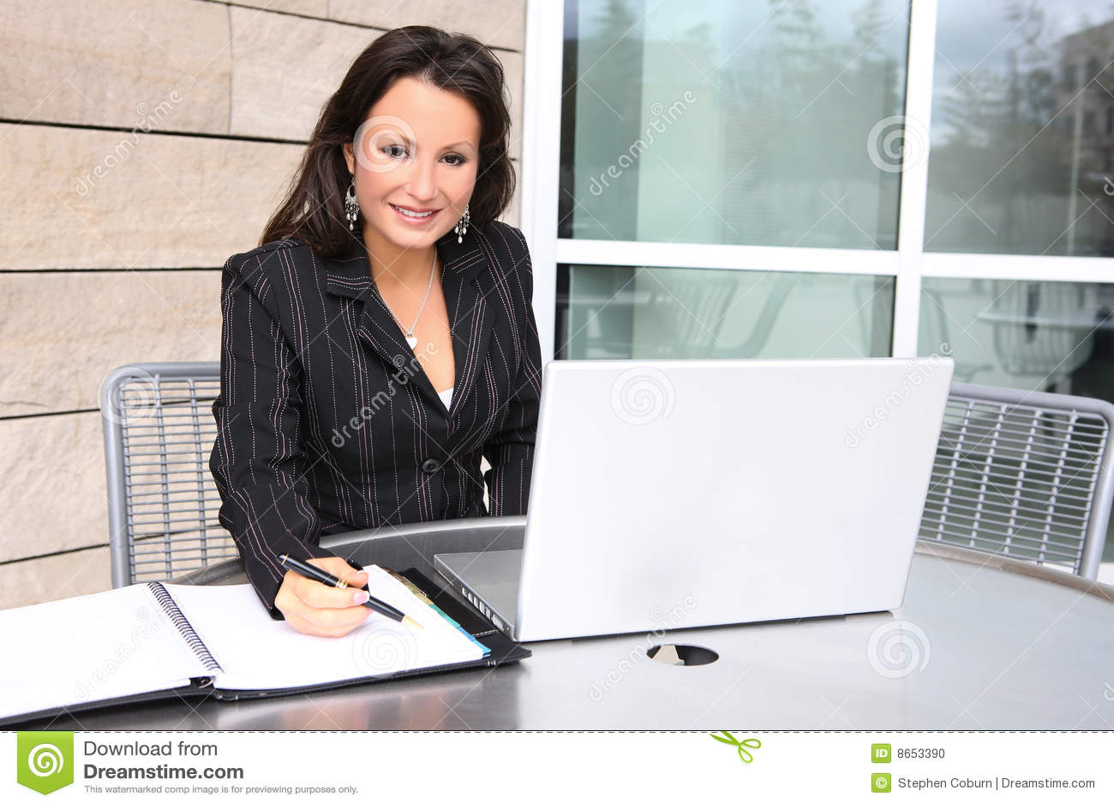 Joli femme à l ordinateur portatif