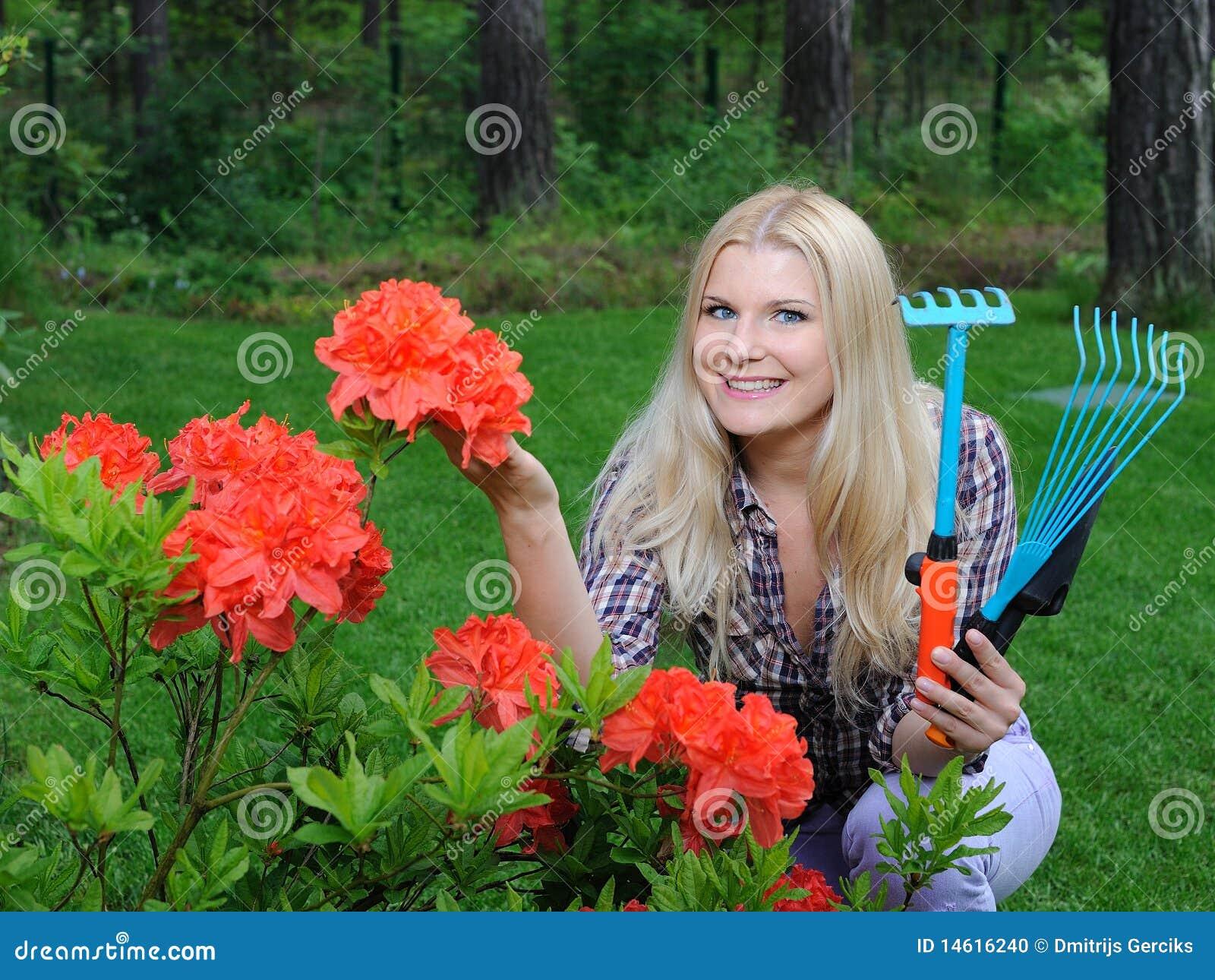 joli femme de jardinier avec des outils de jardinage photo stock image 14616240. Black Bedroom Furniture Sets. Home Design Ideas
