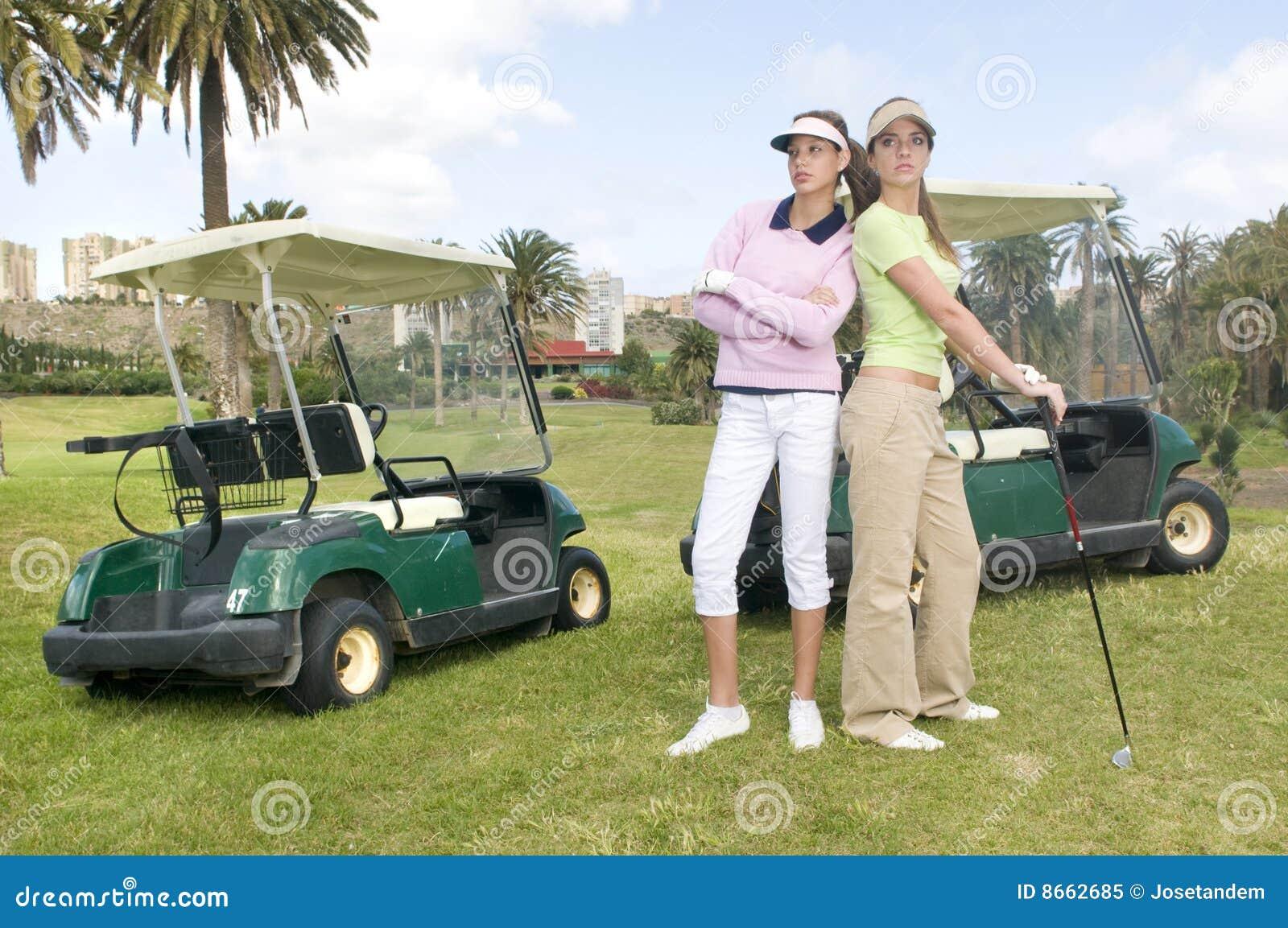 Joli joueur de golf deux avec ses véhicules de golf