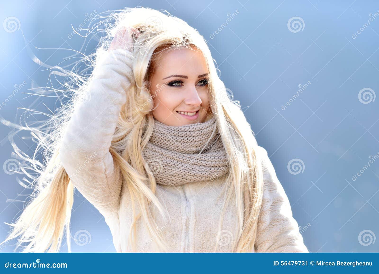 Joli portrait de femme extérieur en hiver
