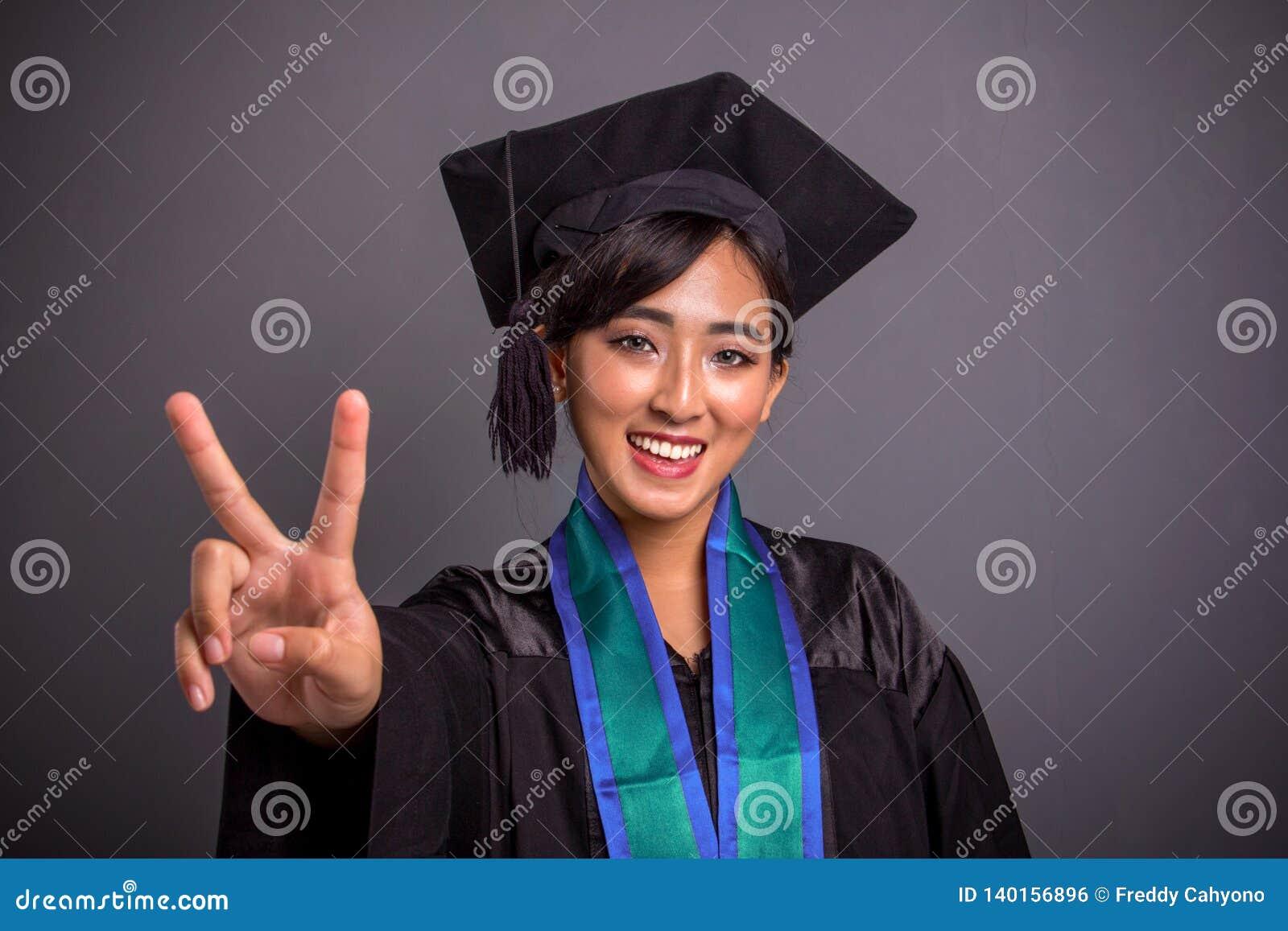 Joli portrait de plan rapproché d obtention du diplôme de signe de paix d étudiant