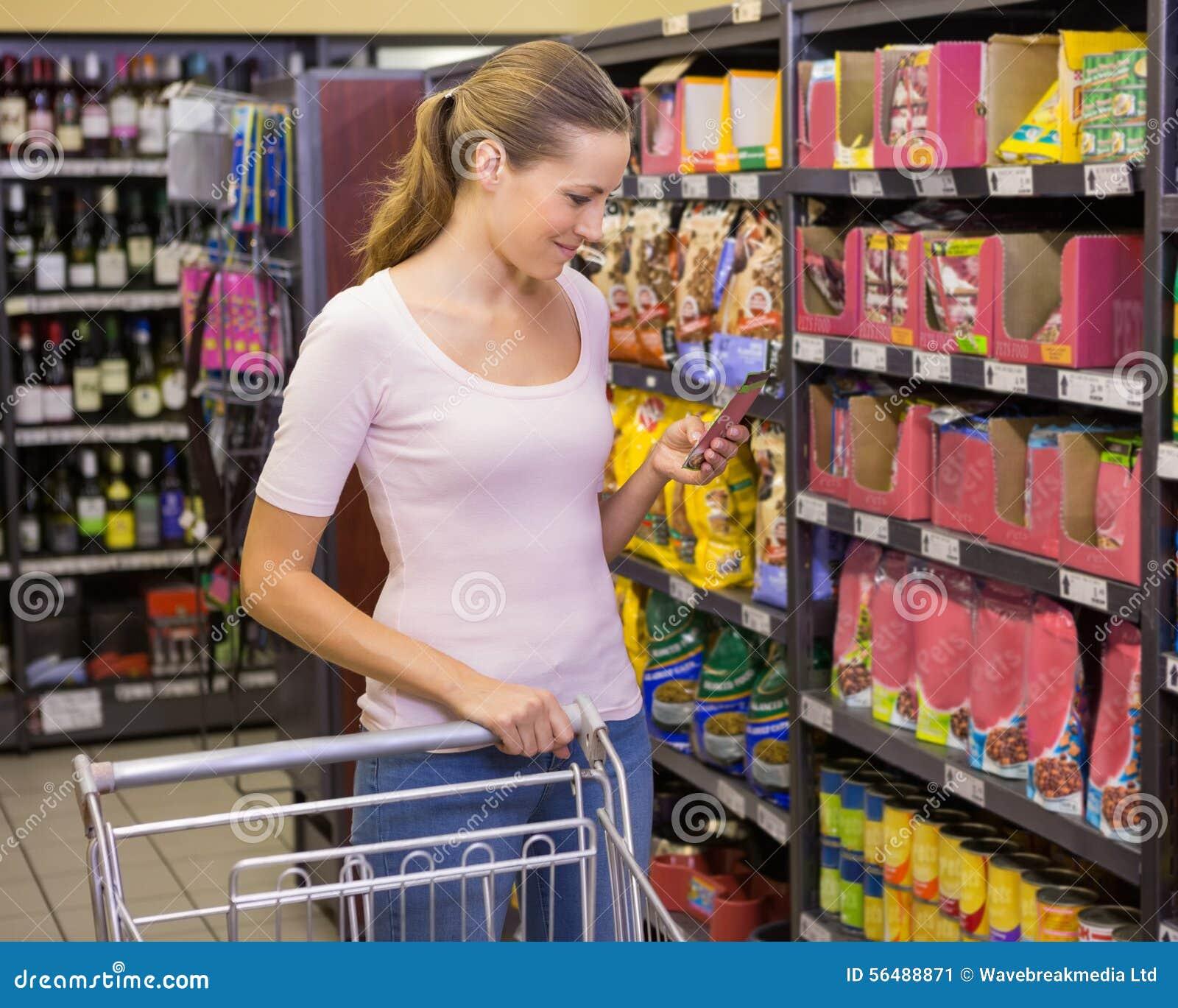 Joli produit de cueillette de femme dans l étagère