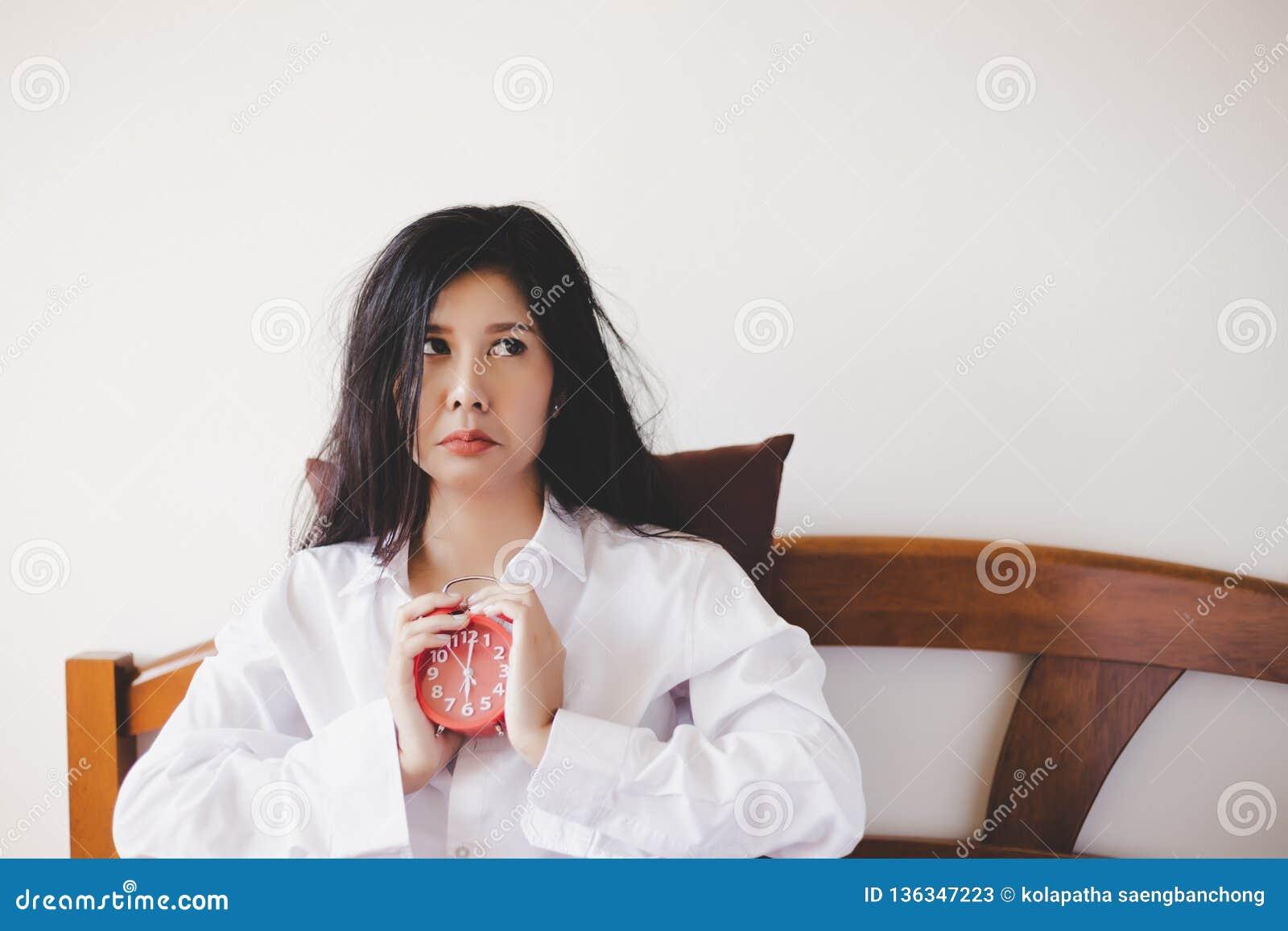 Joli sommeil asiatique de can't de fille la nuit jusqu au début de la matinée La femme magnifique de l Asie devient malheureuse