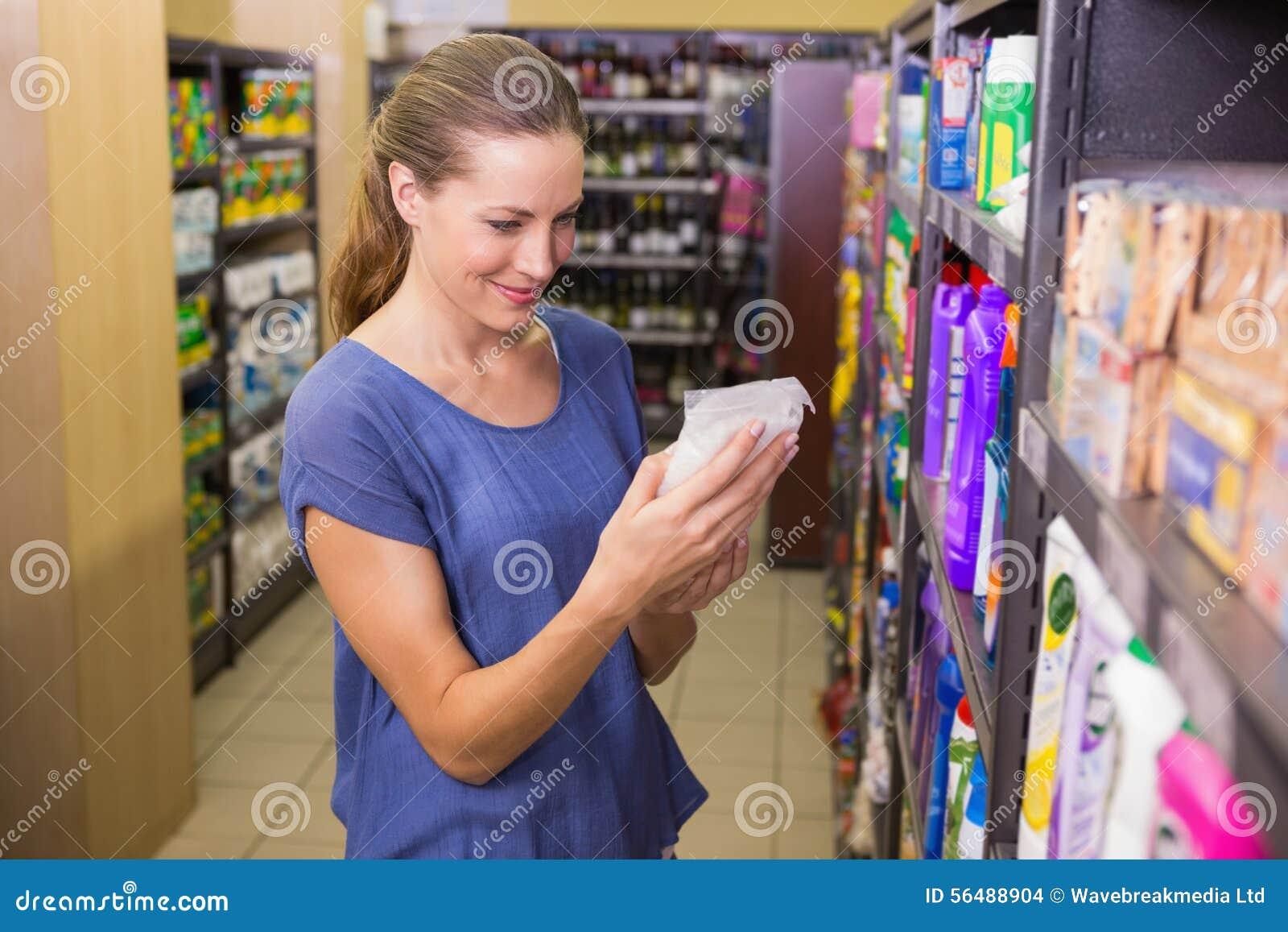 Jolie boîte de cueillette de femme dans l étagère