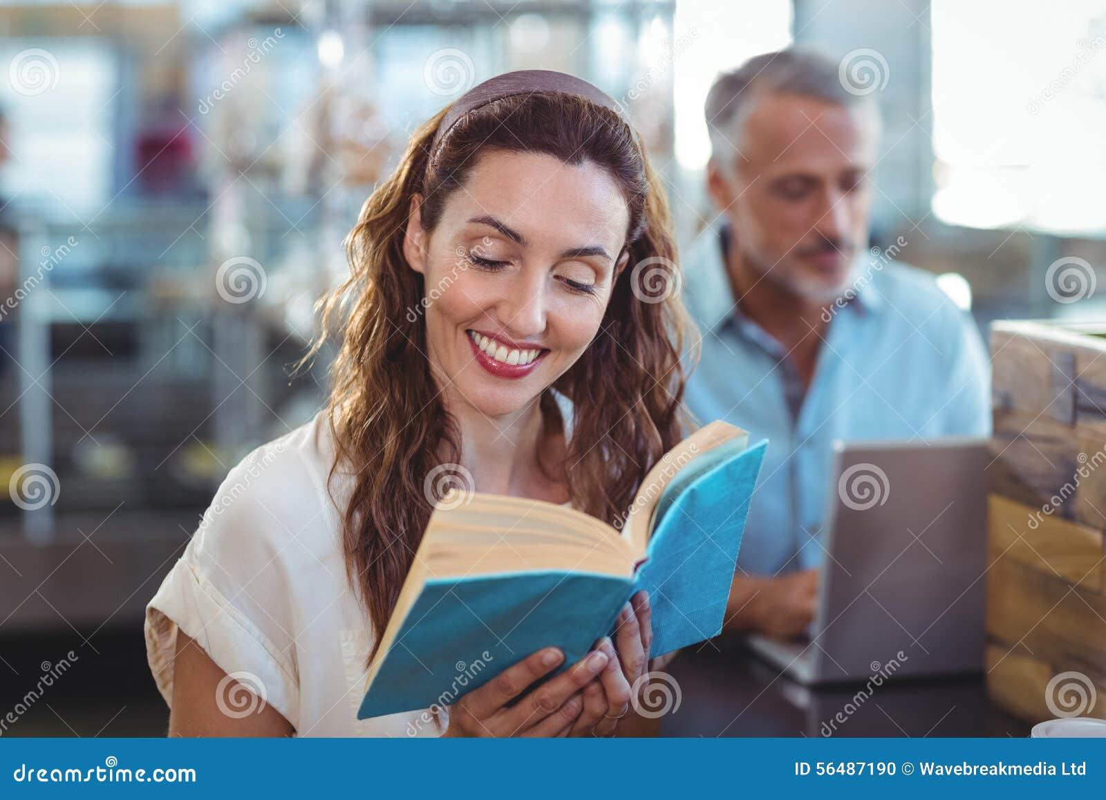 Jolie brune lisant un livre