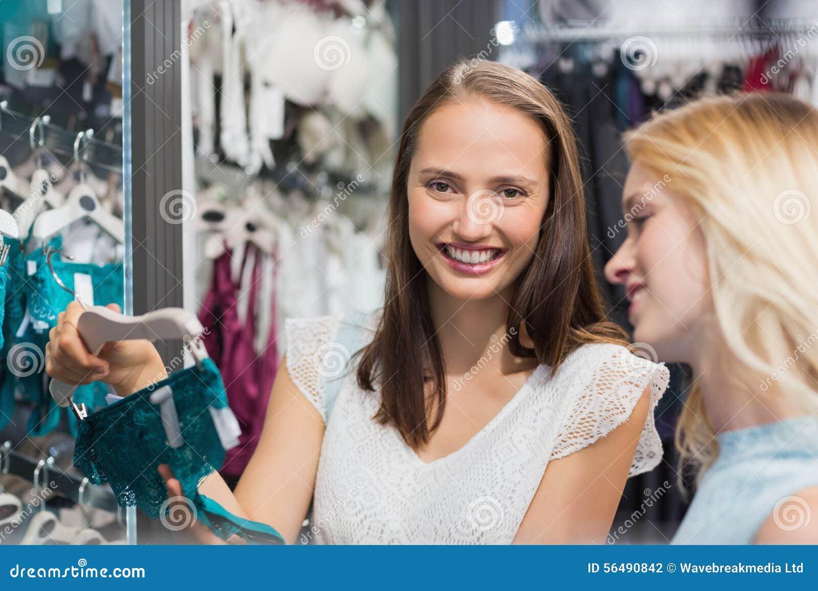 Jolie brune montrant la lingerie à son ami