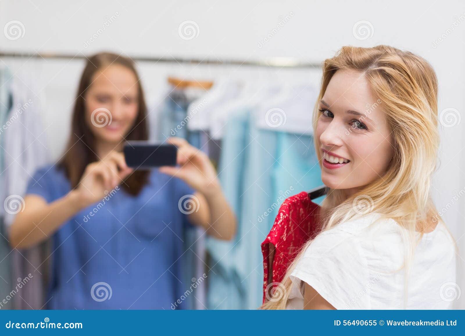 Jolie brune photographiant son ami