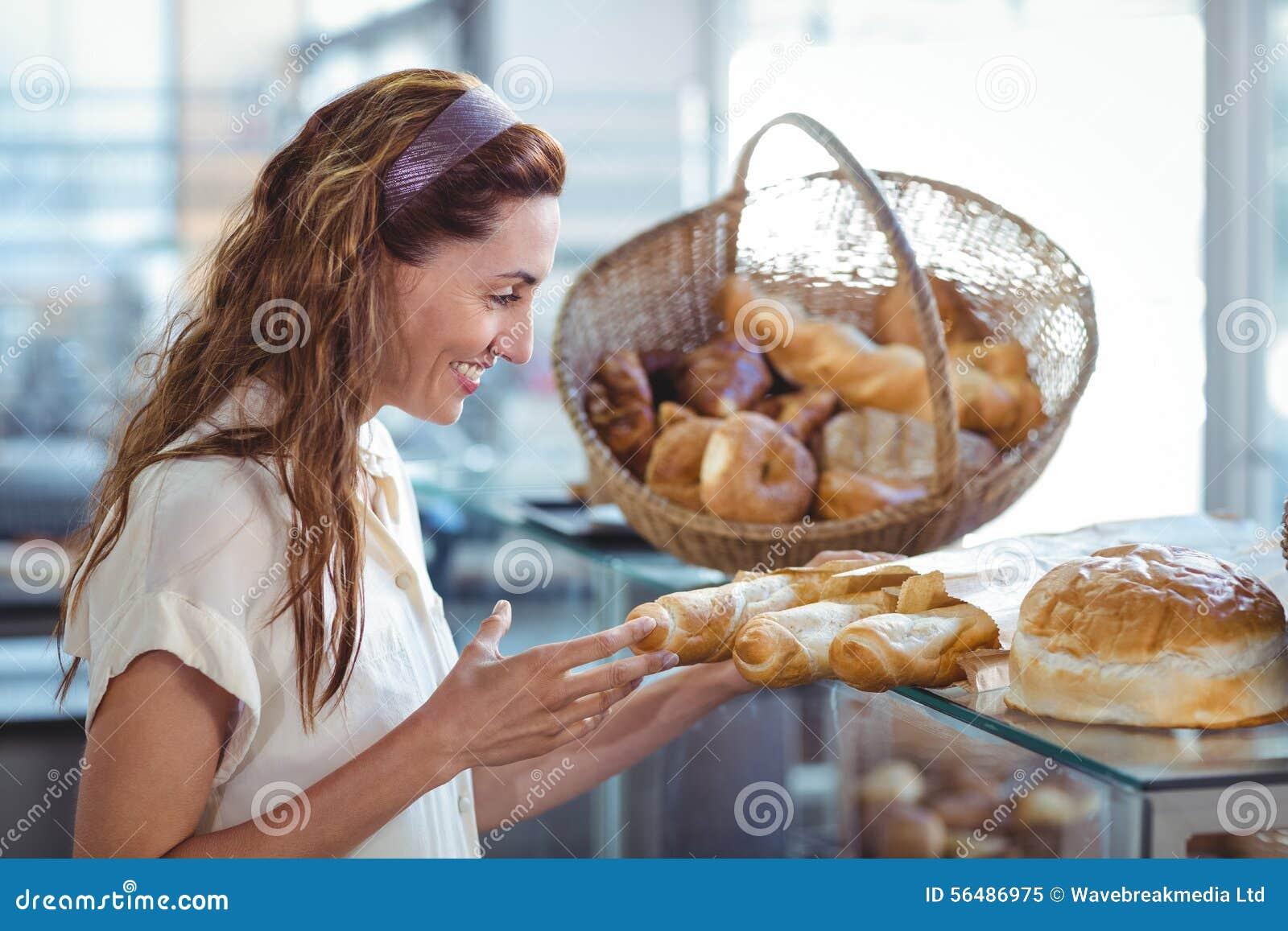 Jolie brune se dirigeant à la miche de pain
